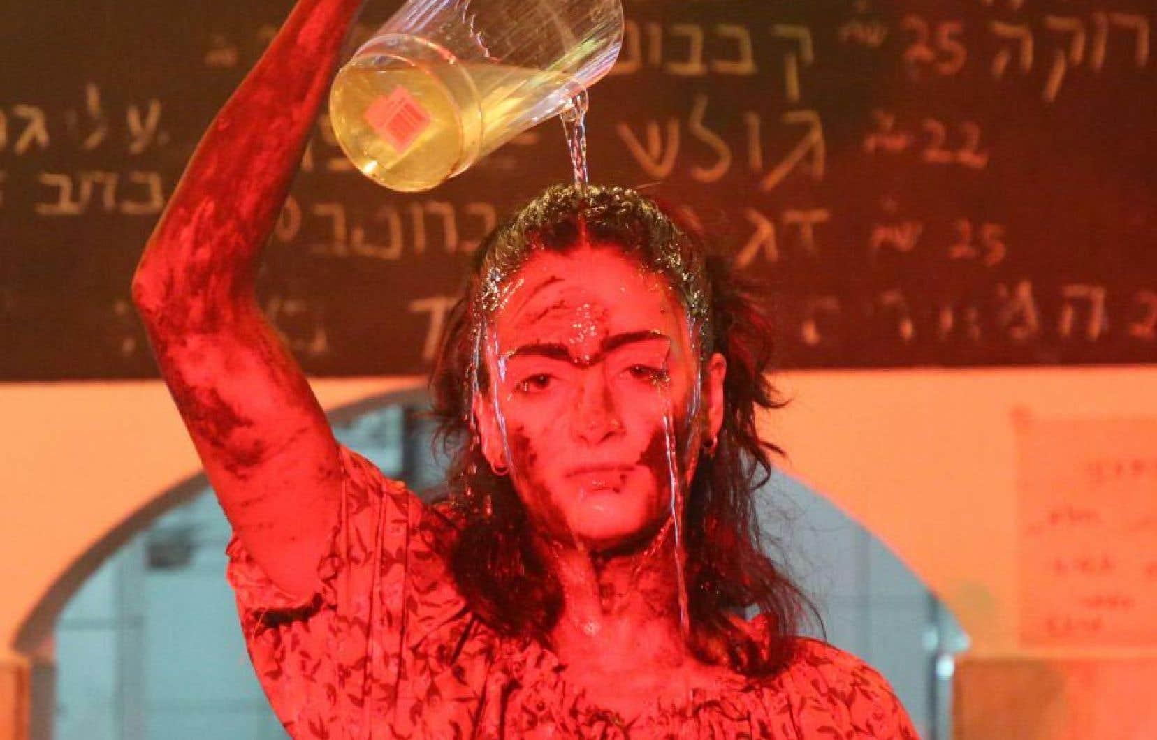 «Parallel». Chorégraphes: Rand Ziad Taha et Hala Salem. Interprète: Hala Salem.