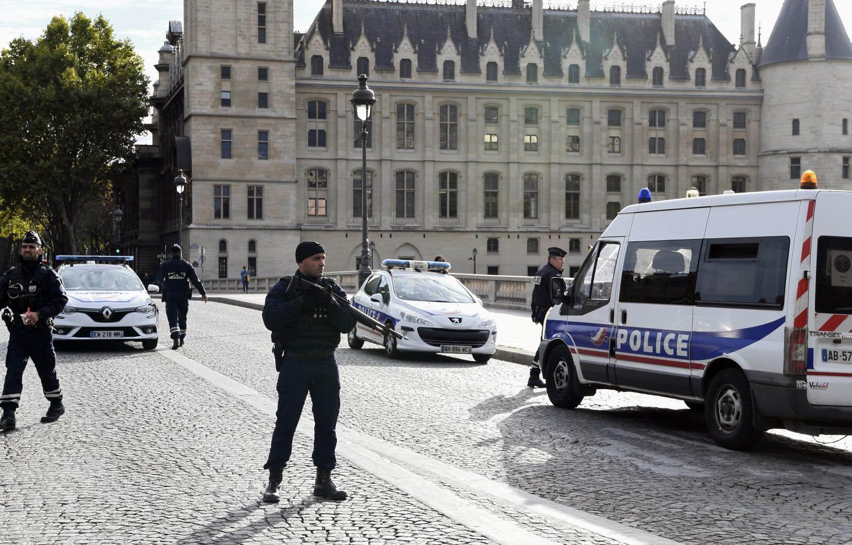 L'attaque meurtrière de jeudi à la préfecture de police de Paris est désormais traitée comme un acte terroriste.