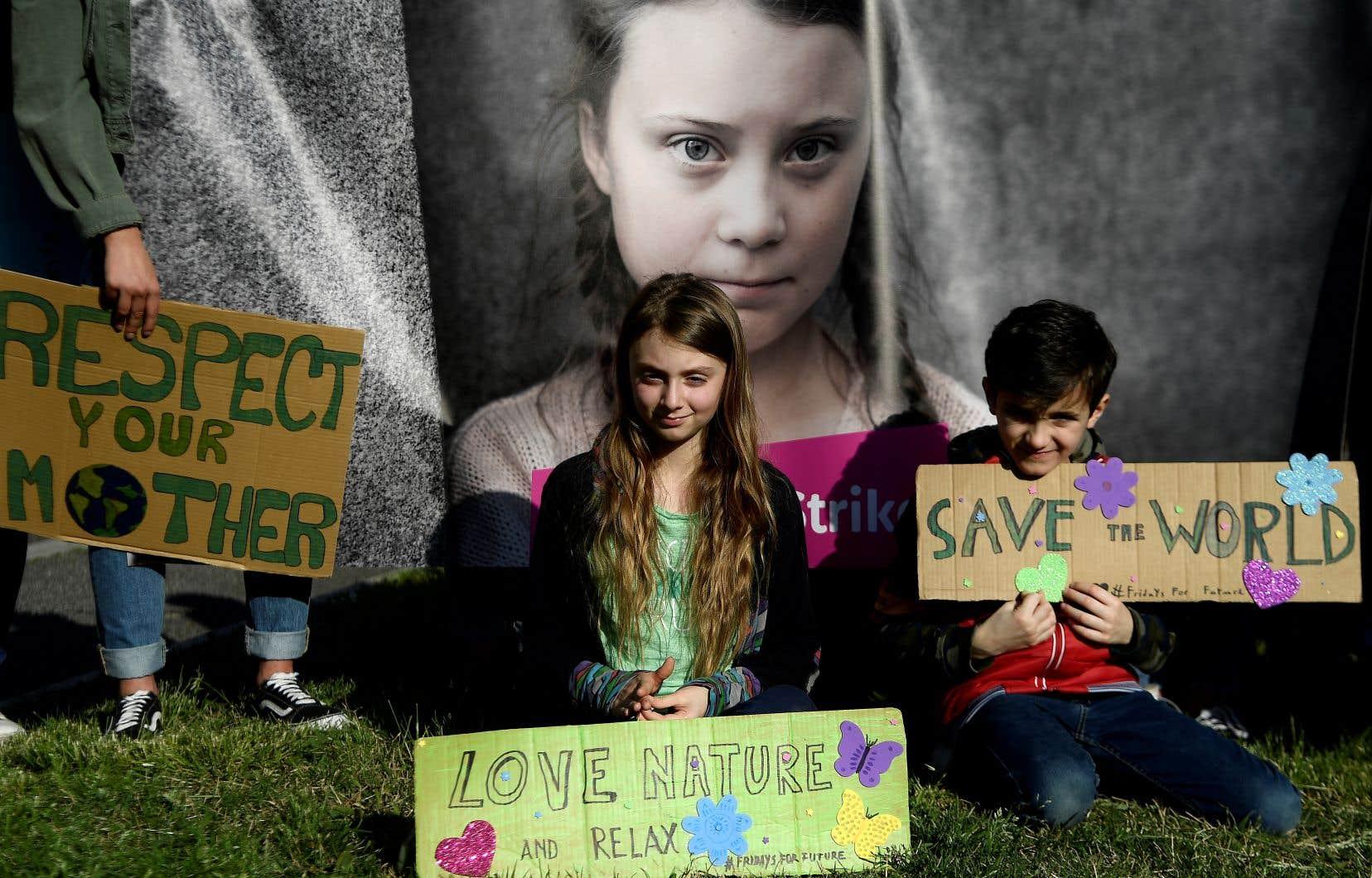 La jeune Alice, surnommée la «Greta italienne», pose devant une affiche de Greta Thunberg lors d'une marche pour le climat à Rome le 22 mars dernier.