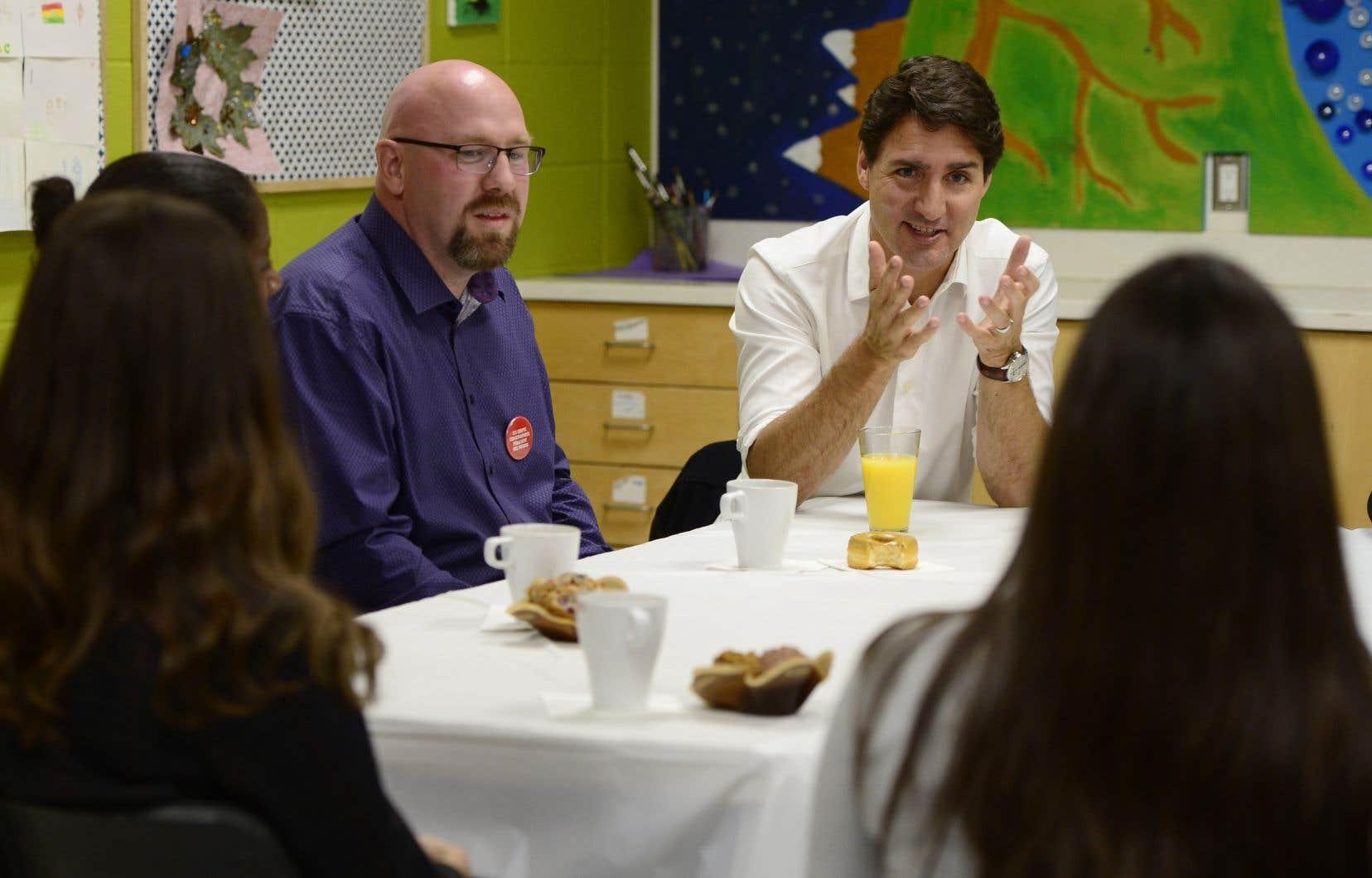 Justin Trudeau a commencé sa journée en compagnie d'enseignants à Ottawa, une des rares activités au menu des chefs de parti en ce jour de débat électoral.
