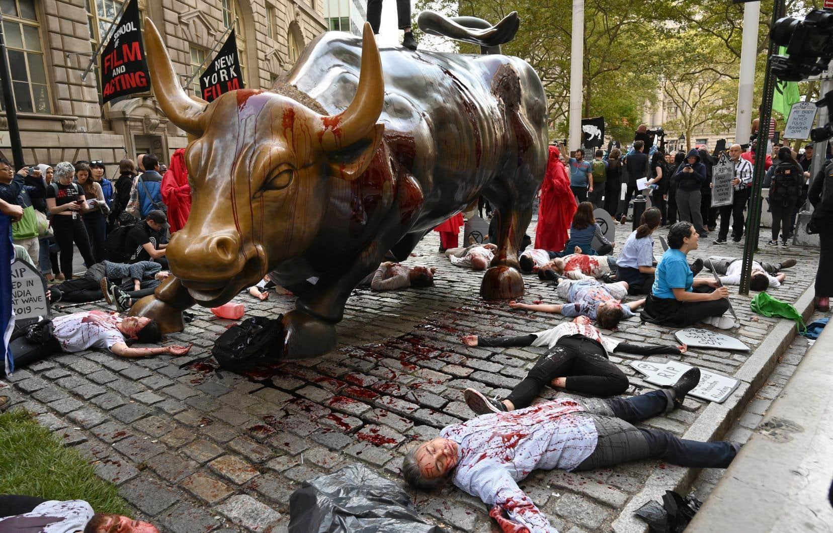 Des manifestants ont fait le mort au pied du taureau de Wall Street.