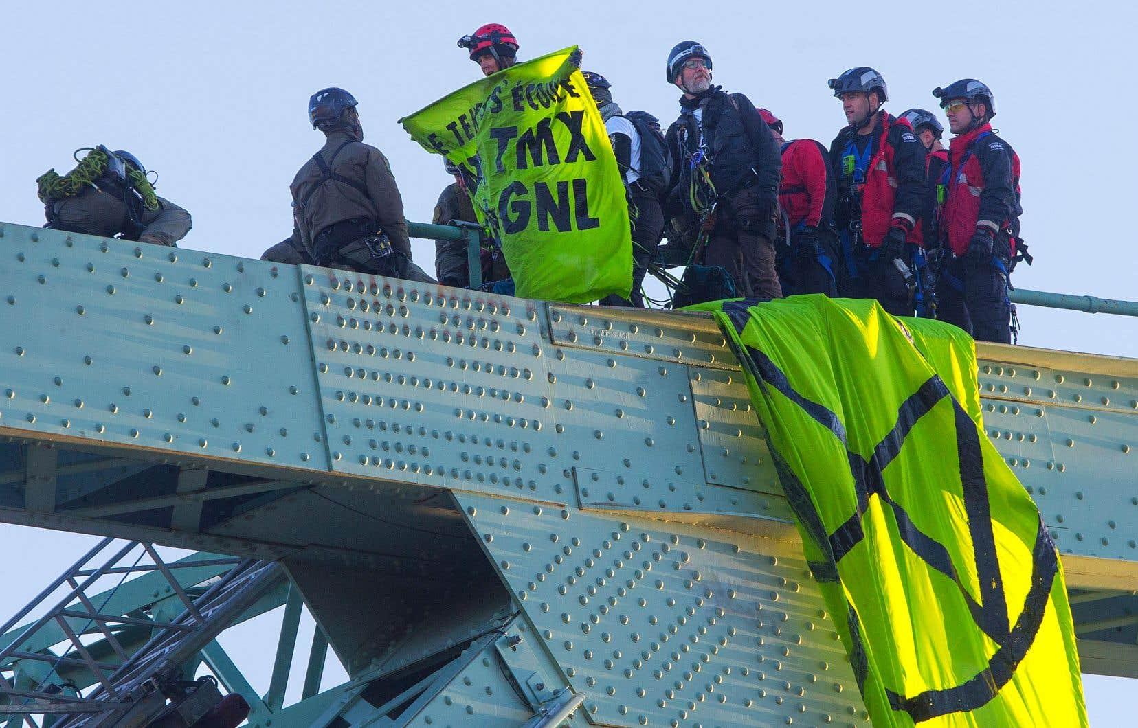 Les trois militants ont été rejoints sur la structure du pont Jacques-Cartier par des policiers qui les ont ramenés au sol.