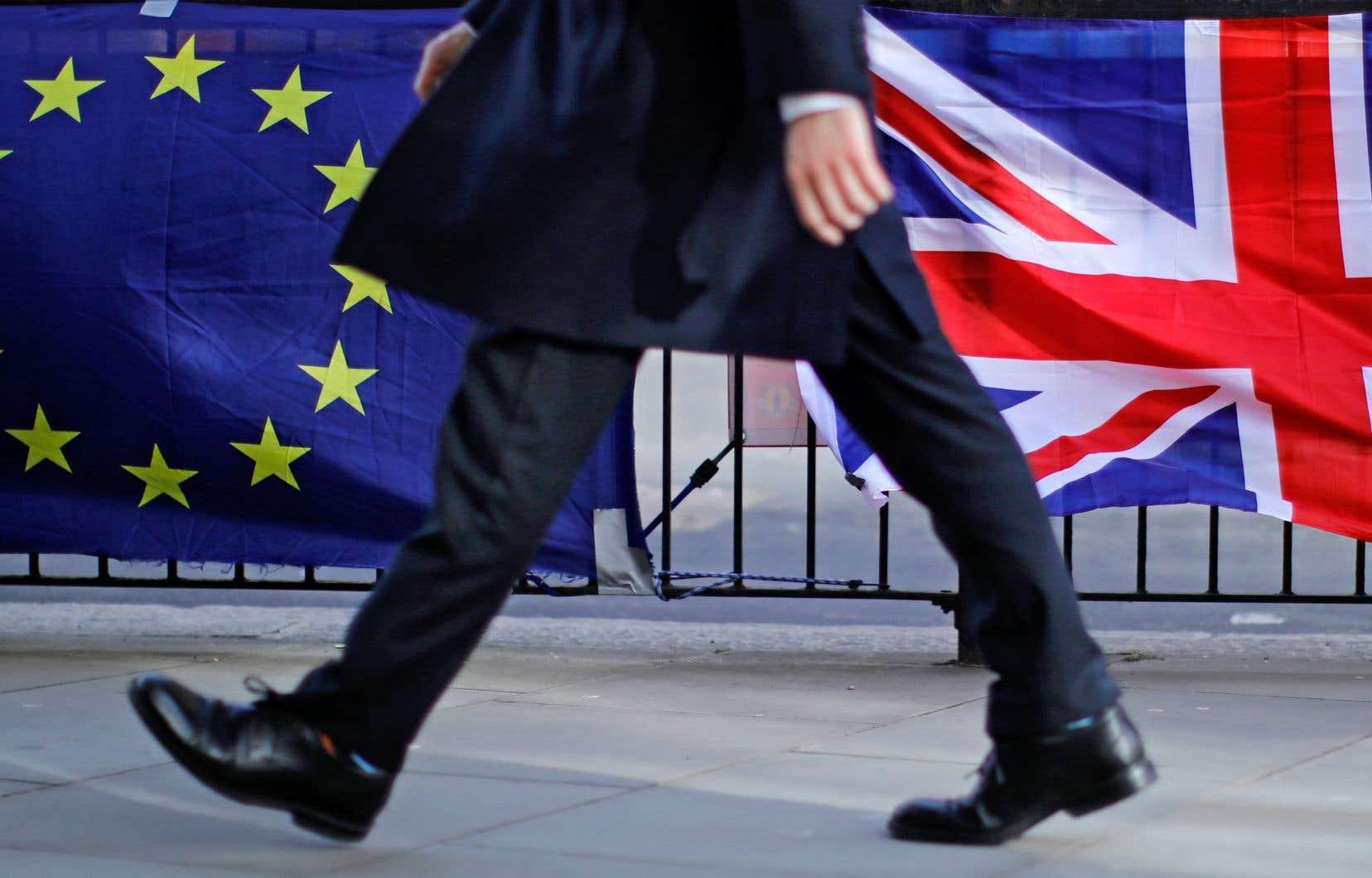 Des manifestants anti-Brexit ont accroché les drapeaux de l'Europe et de la Grande-Bretagne devant la résidence du premier ministre britannique à Londres.