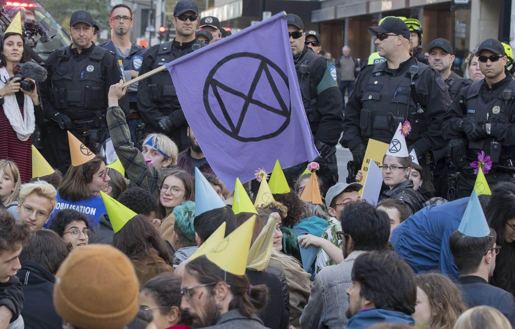 Réunis dans le but de mener une nouvelle action de désobéissance civile, environ 200 militants se sont butés à un blocage du boulevard René-Lévesque par des policiers antiémeute du SPVM.