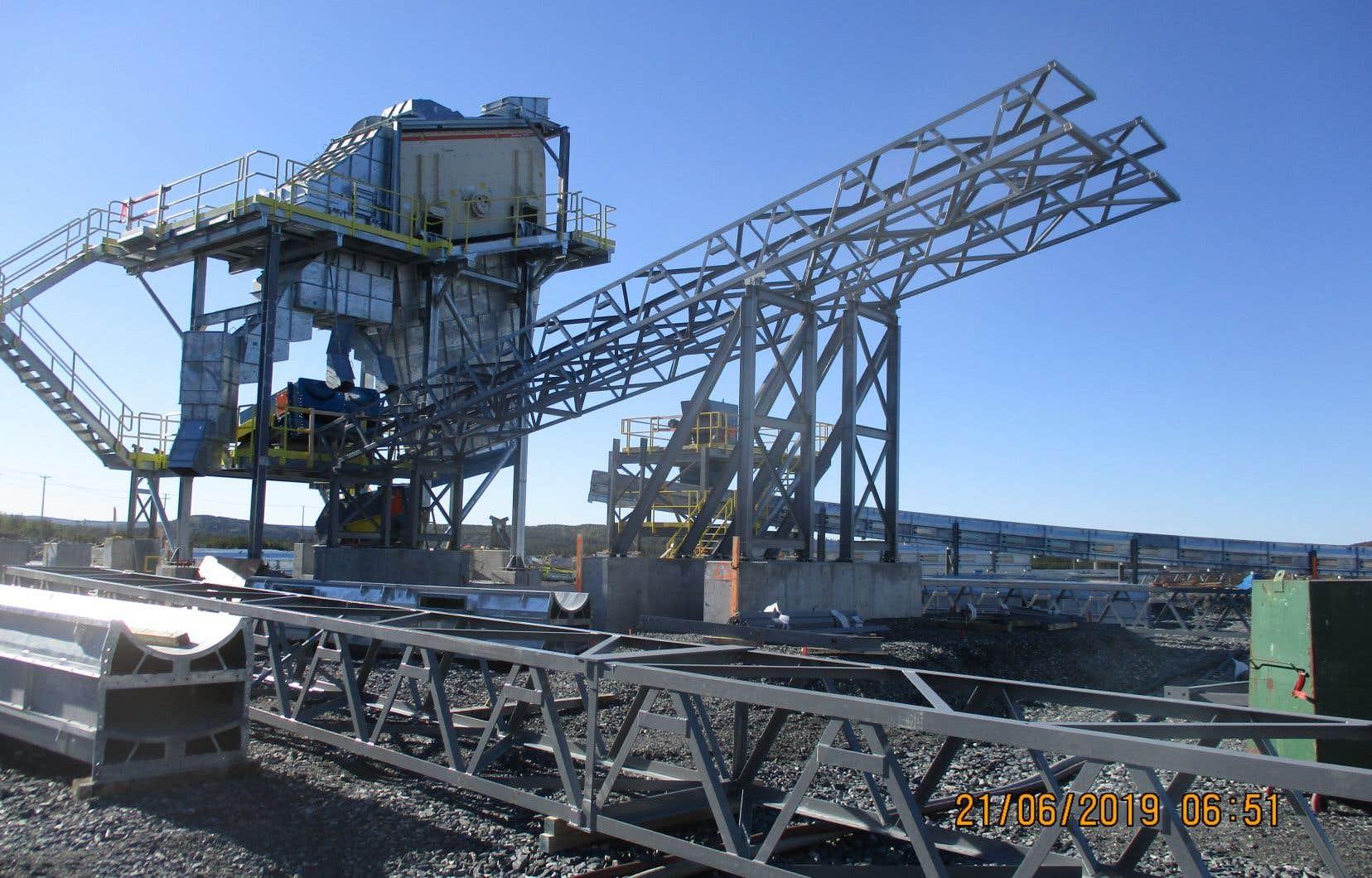 Installation de convoyeurs, à la mine Nemaska Lithium de Whabouchi, au nord de Chibougamau