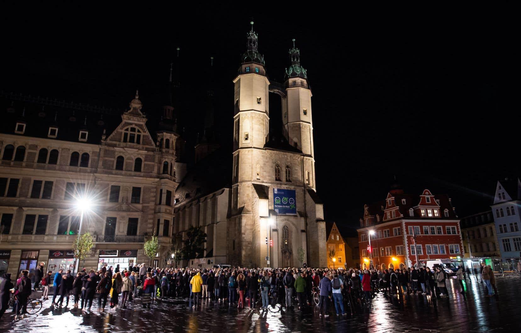 Des résidents de Halle se sont rassemblés devant la synagogue de la ville, mercredi soir, pour apporter leur soutien à la communauté juive attaquée par un tueur.