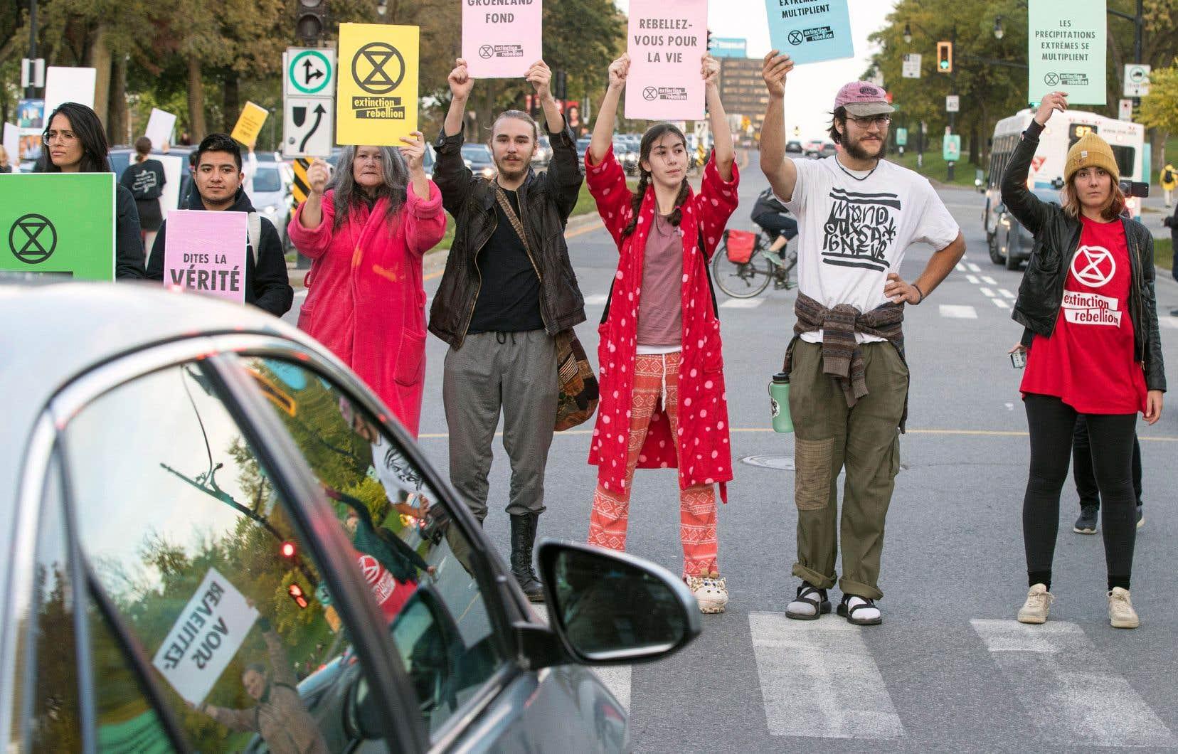 Après avoir perturbé la circulation sur le pont Jacques-Cartier mardi, des militants du mouvement Extinction Rebellion étaient de retour dans les rues mercredi.