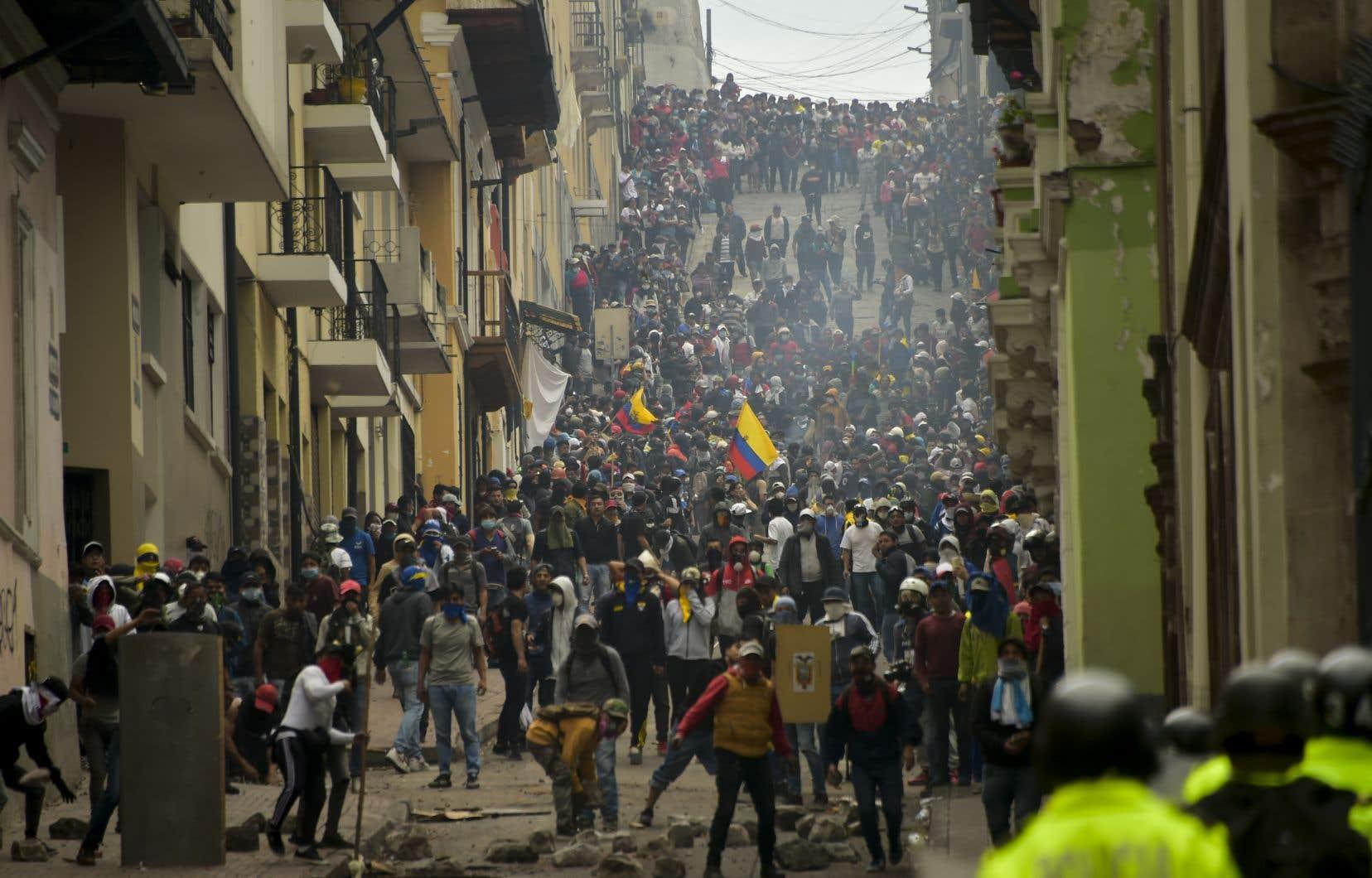 Des manifestants ont affronté à la police antiémeute à Quito, lors des manifestations contre la décision du président équatorien Lénine Moreno de sabrer dans les subventions sur l'essence.