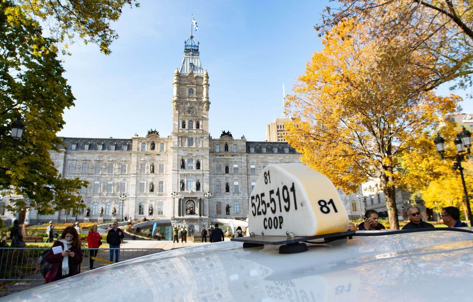 Des chauffeurs de taxi étaient à l'Assemblée nationale, jeudi, pour dénoncer la réforme qui leur est imposée.
