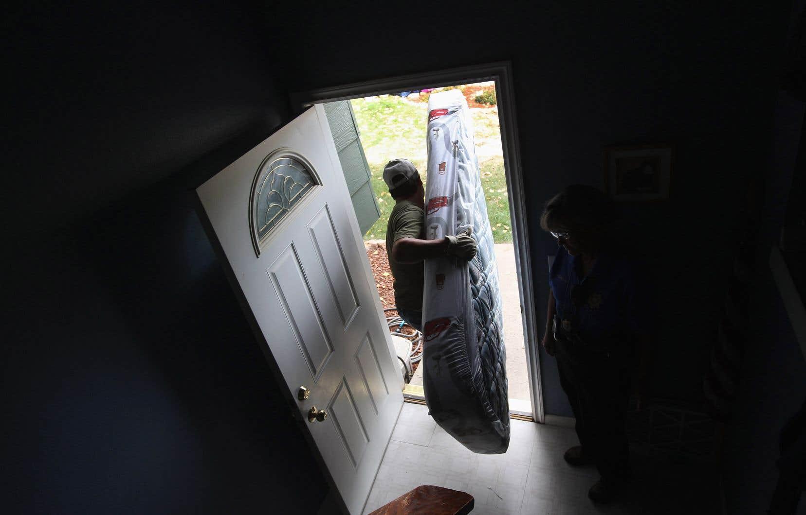 Les expulsions locatives  sont devenues banales  aux États-Unis, surtout pour les mères afro-américaines cheffes  de famille monoparentale.