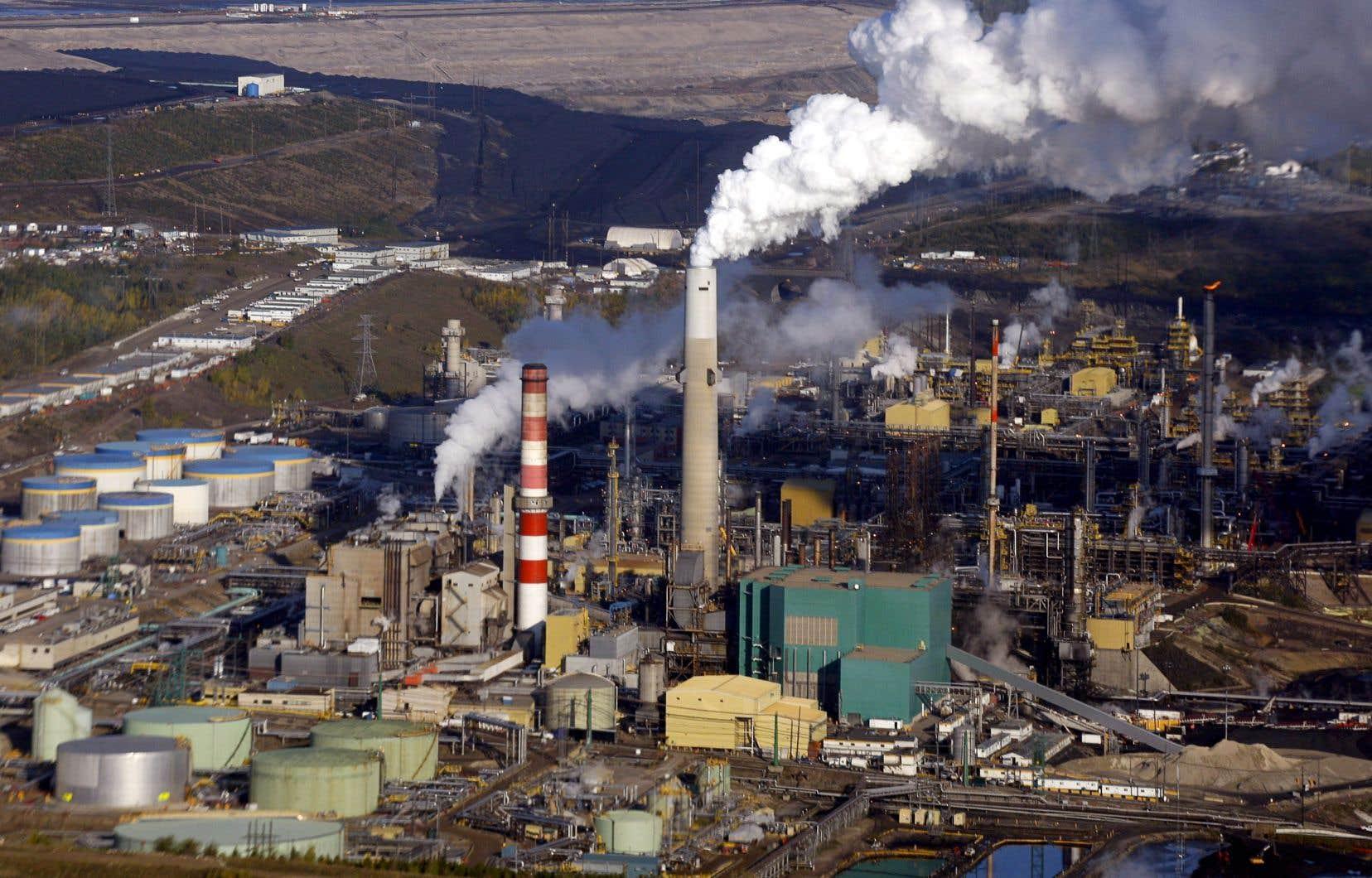 L'industrie pétrolière canadienne serait particulièrement touchée par une augmentation de la taxe carbone.