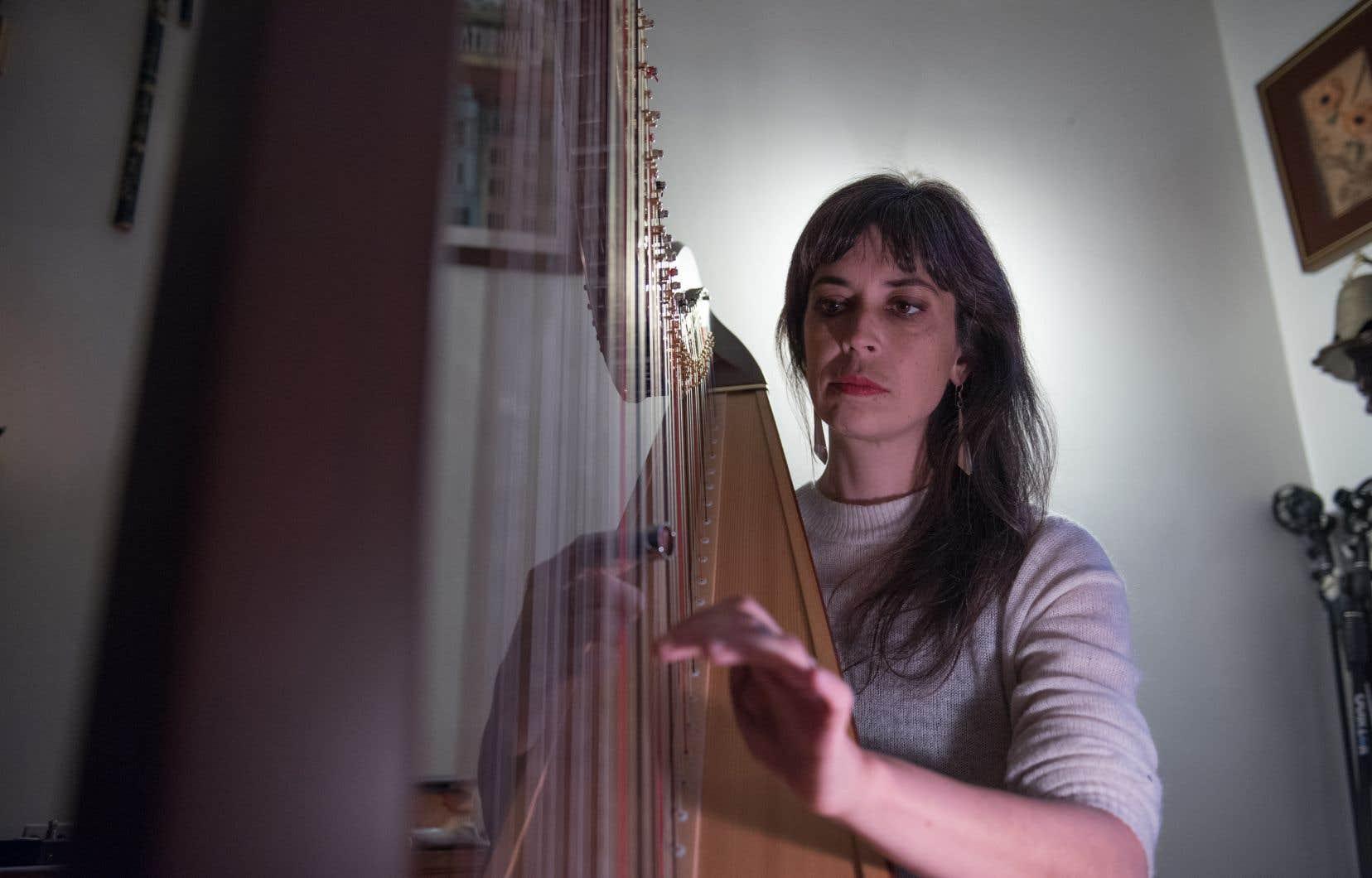 Concertiste et accompagnatrice depuis près de vingt ans révélée hors de la scène musicale classique auprès de Lhasa de Sela, Patrick Watson et les Barr Brothers, la harpiste montréalaise présente enfin un premier album de compositions originales, intitulé «Dose Curves».