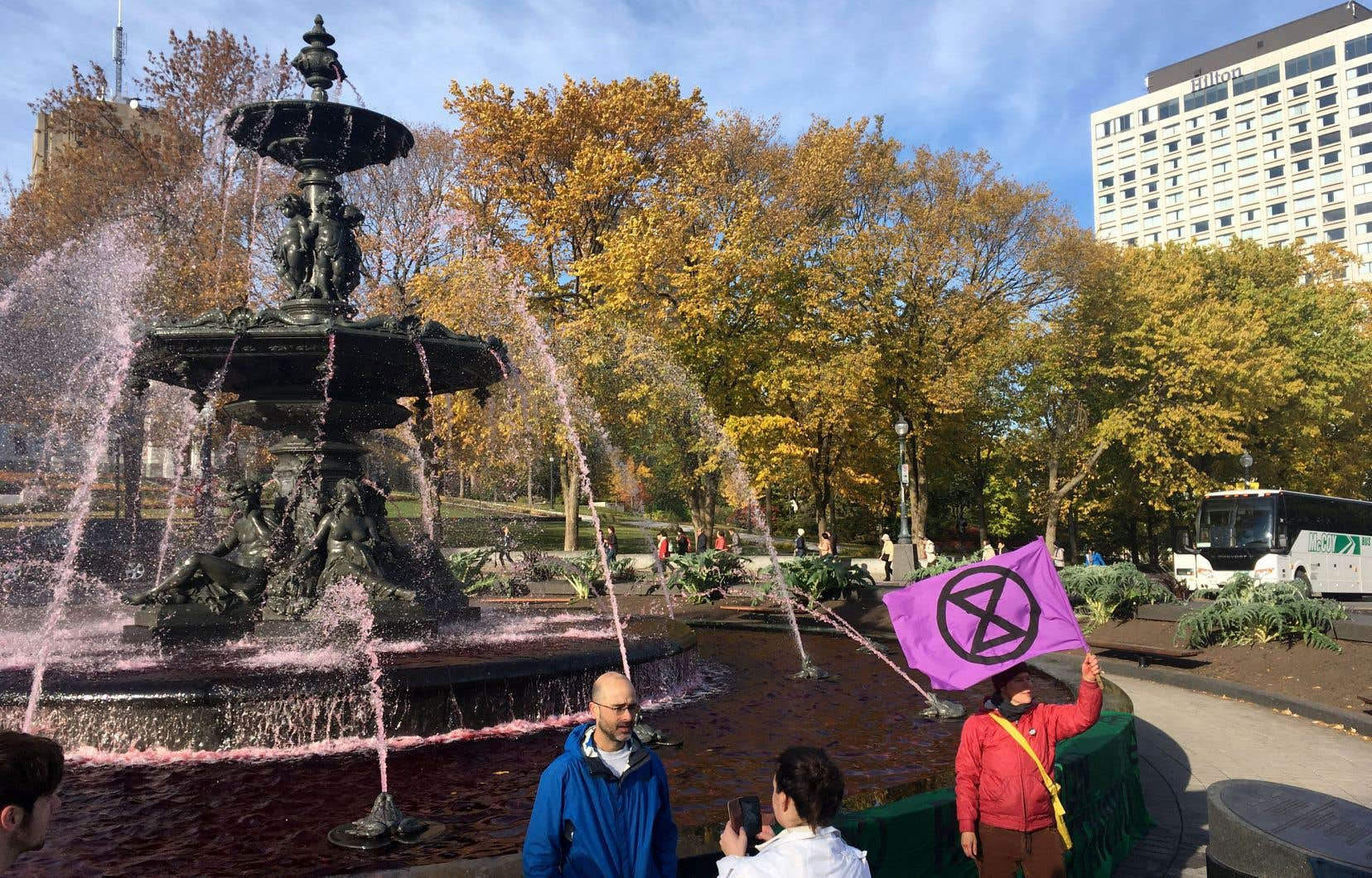 Une cellule du groupe Extinction Rebellion a coloré en rouge l'eau de la fontaine de Tourny, devant l'Assemblée nationale à Québec, vendredi, pour dénoncer l'inaction du gouvernement devant les changements climatiques.
