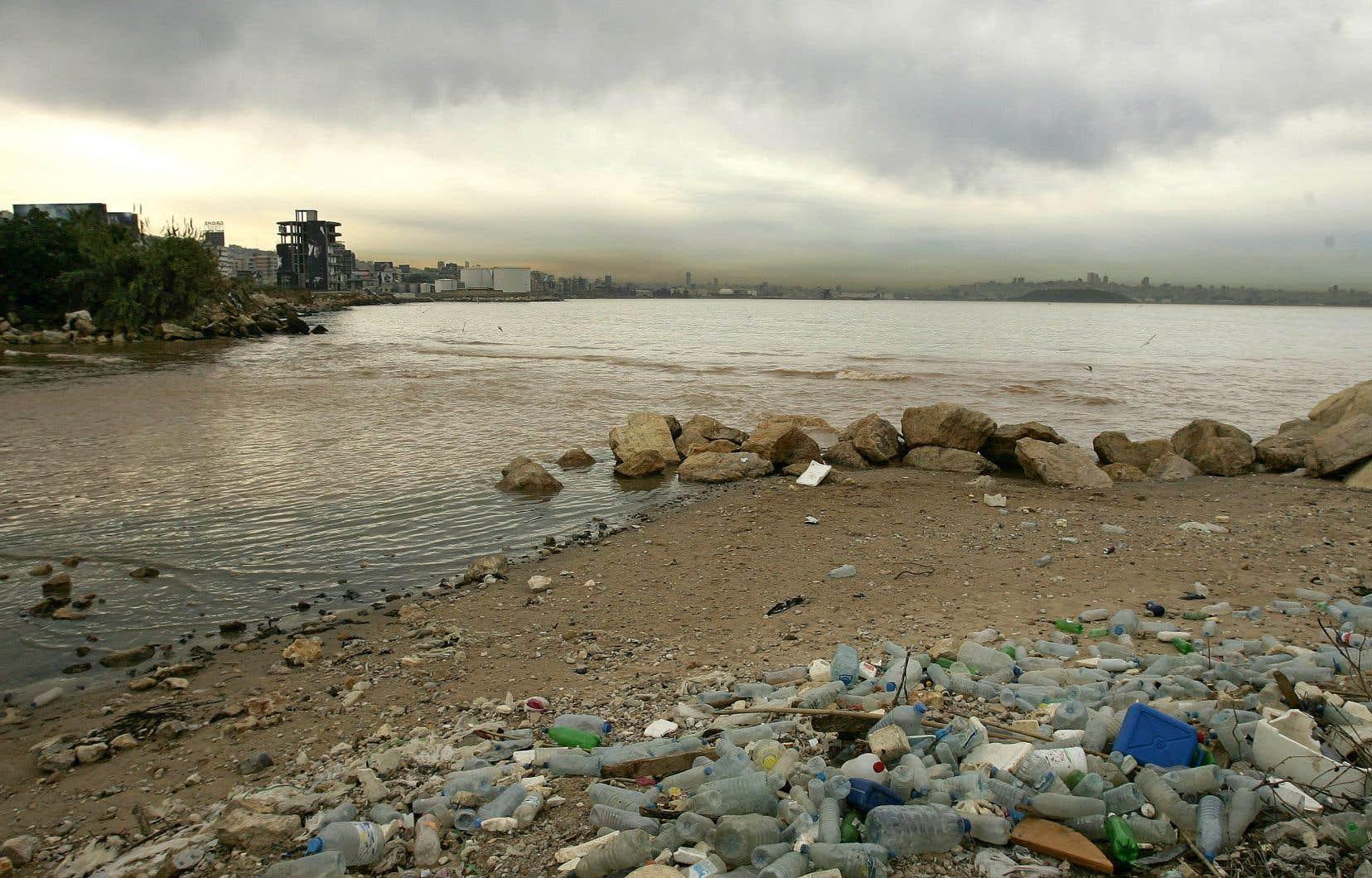 Un smog flotte dans le ciel au-dessus de Beyrouth, la capitale du Liban, dont les plages sont jonchées de bouteilles de plastique.