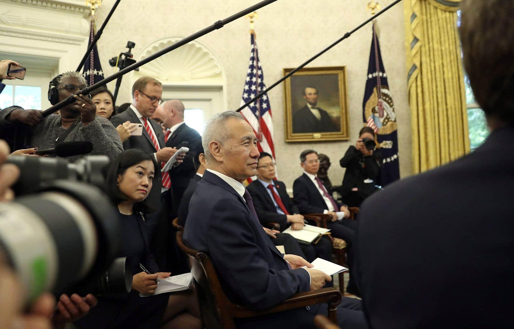 Le vice-premier ministre Liu He, négociateur principal du camp chinois, prêtant l'oreille à Donald Trump dans le Bureau ovale, vendredi après-midi