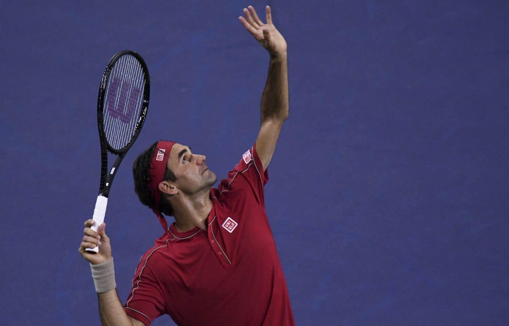 Federer a été sanctionné pour avoir frappé une balle dans les gradins, puis une pénalité de point pour conduite antisportive.
