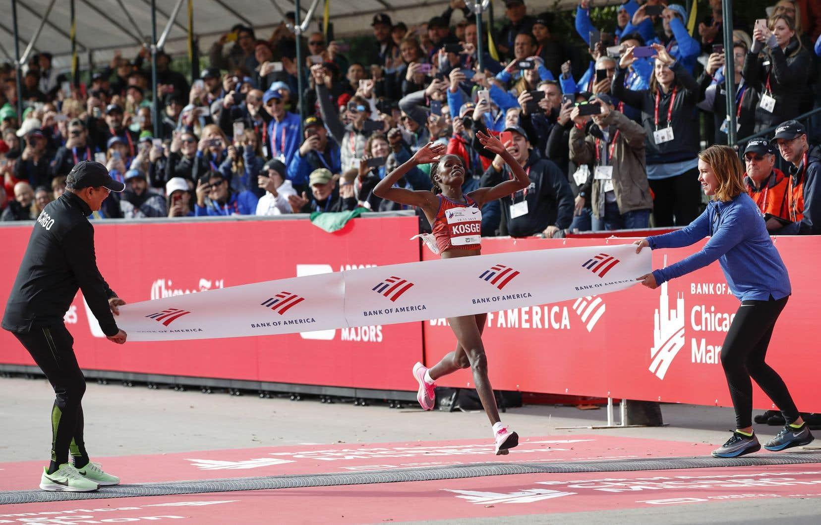 La Kényane Brigid Kosgei a fracassé la marque précédente de 2h15:25 réalisée au marathon de Londres il y a 16ans par Paula Radcliffe.