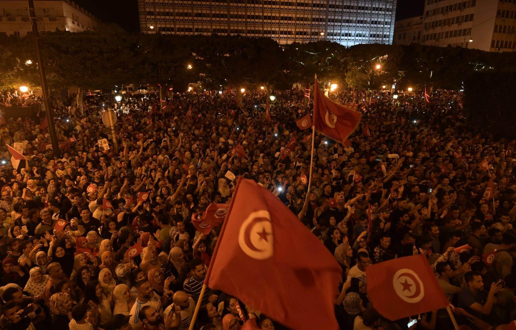 Youyous, fumigènes, klaxons... une foule en liesse a envahi dimanche soir l'avenue Bourguiba, au coeur de Tunis, quelques instants à peine après la publication de sondages annonçant la victoire triomphale de l'outsider Kais Saied à la présidentielle tunisienne.