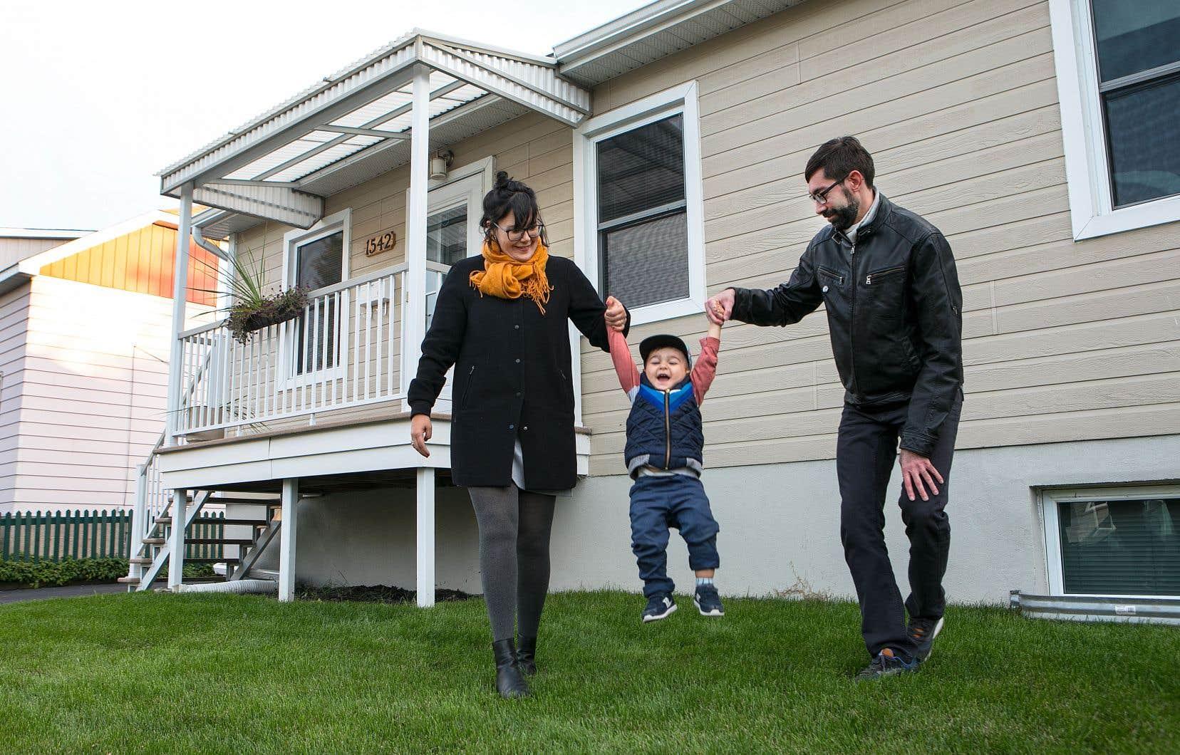 Après avoir affronté le marché immobilier montréalais sans succès, Geneviève Allard et Steve Desrochers ont élargi leurs horizons avec une idée en tête: trouver un nid à proximité d'une station de métro pour élever leur fils, Léon. La petite famille s'est finalement établie dans le Vieux-Longueuil.
