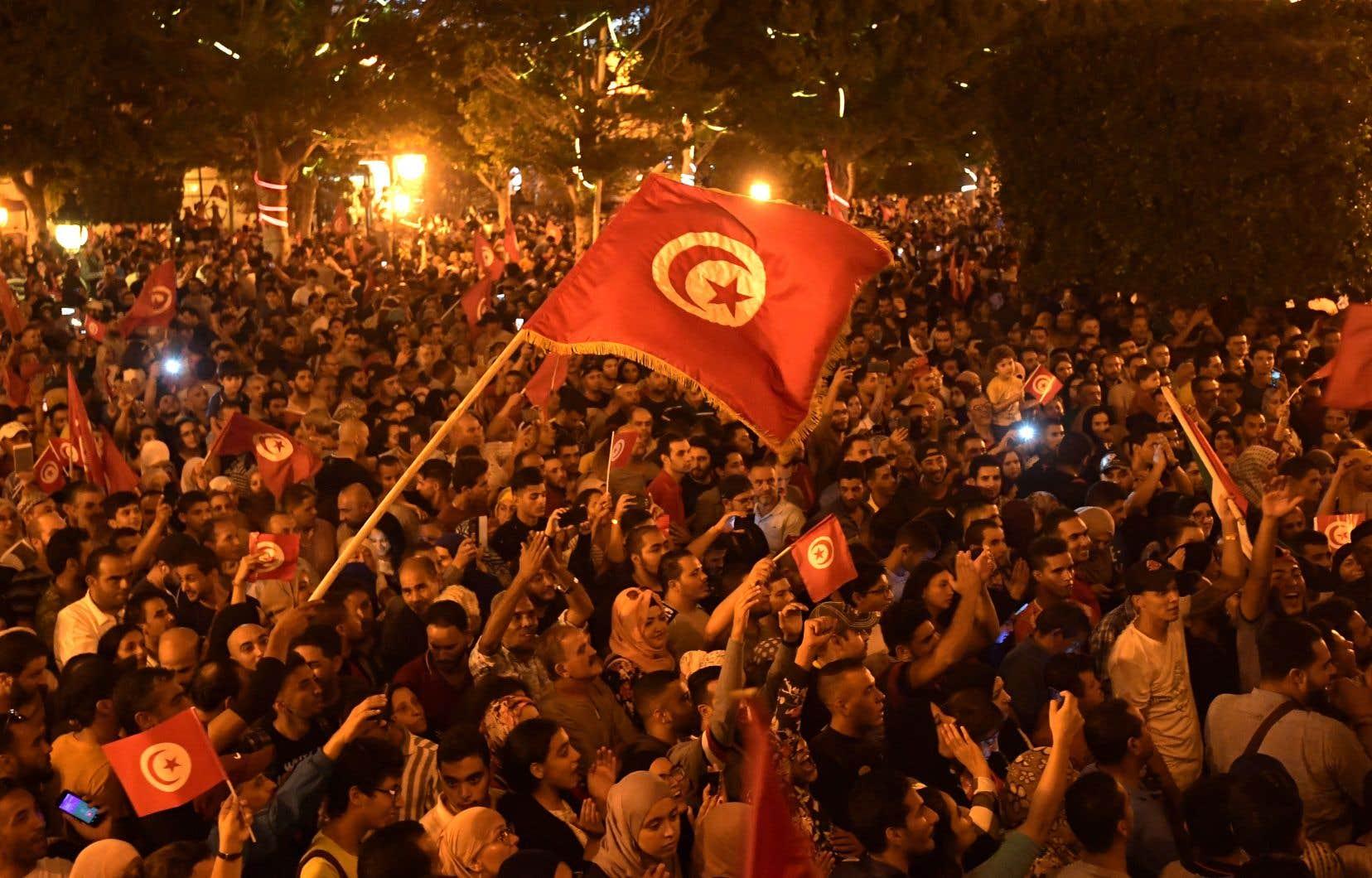 Des partisans de Kaïs Saïed célèbraient sa victoire à Tunis dimanche.