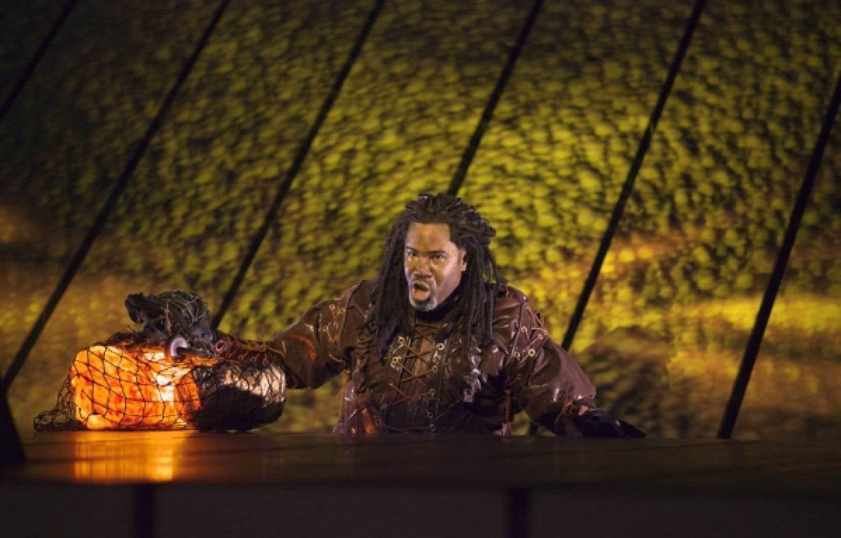 Le nain Alberich (Eric Owens) s'emparant de l'or du Rhin dans la production de Das Rheingold par Robert Lepage au Metropolitan Opera.<br />