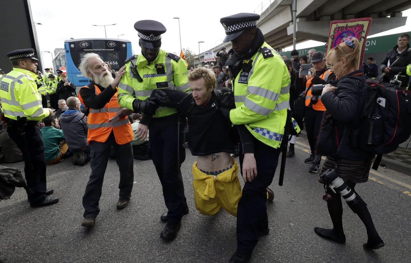 Des militants se sont rassemblés devant les locaux du service de renseignement MI5 tandis que des activistes plus âgés ont protesté devant Buckingham palace.