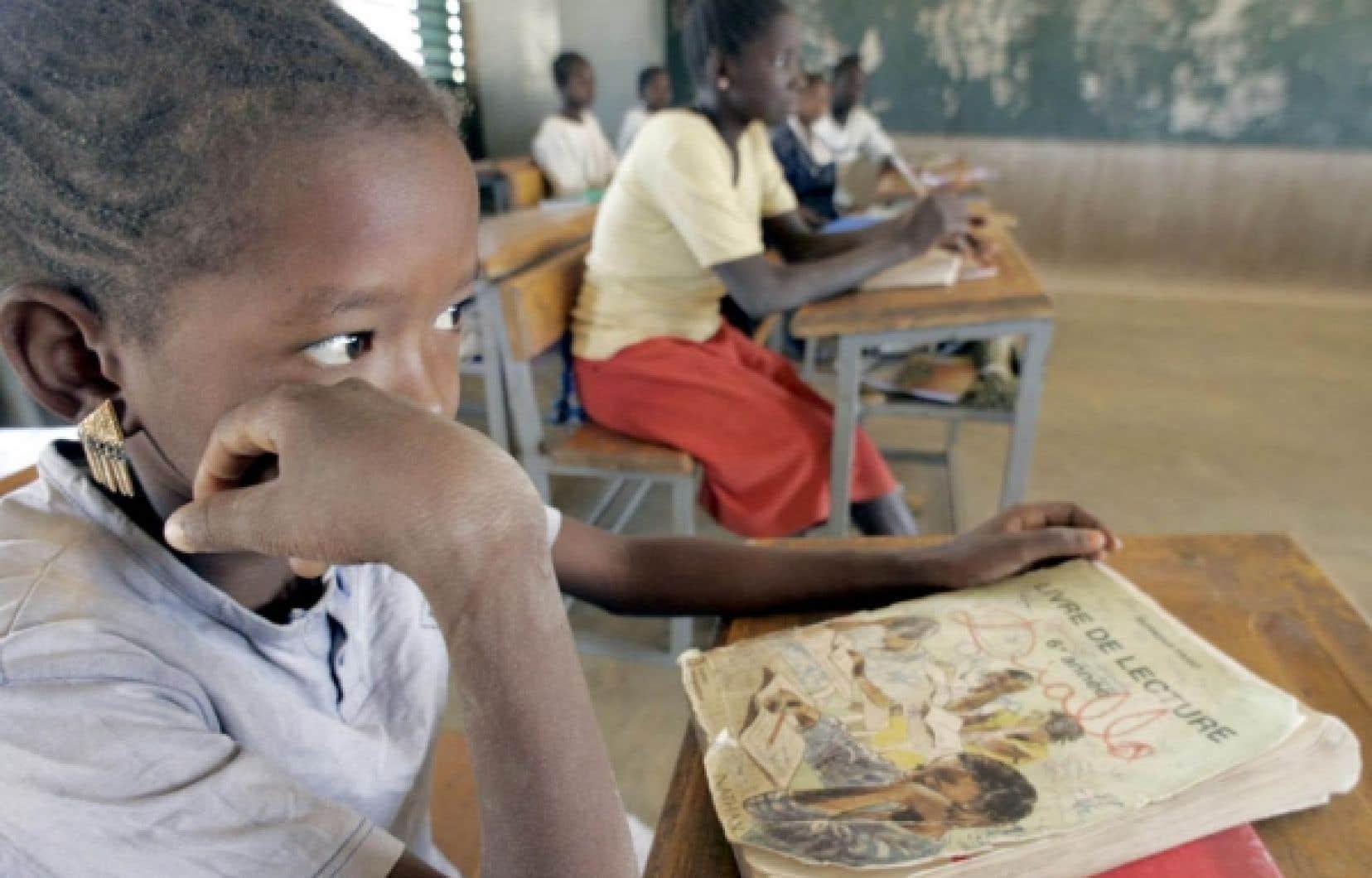 Cours de français dans une école primaire du Burkina Faso, pays africain où le nombre de personnes sachant lire et écrire le français a été multiplié par cinq en vingt-cinq ans, souligne l'importante étude de l'Organisation internationale de la Francophonie qui doit être publiée aujourd'hui.<br />