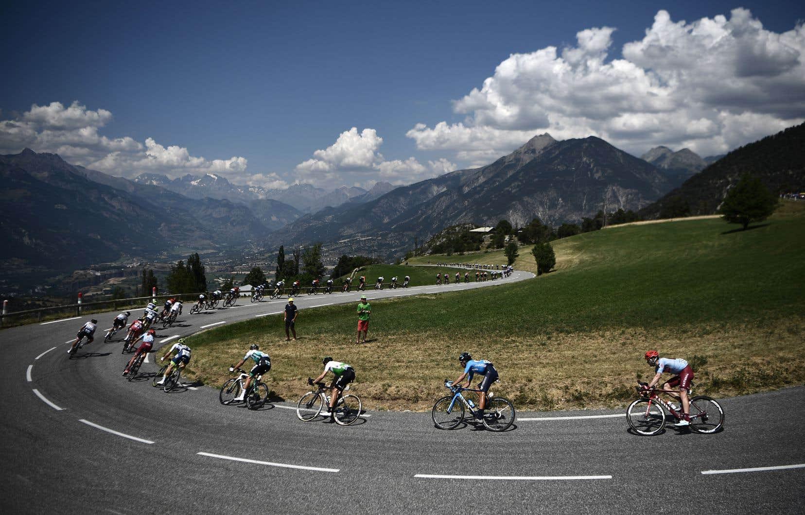 Si les organisateurs du Tour de France 2020 ont prévu 29 ascensions au total dans les Alpes, les Pyrénées, le Massif central, le Jura et les Vosges, il n'y aura qu'un seul contre-la-montre prévu lors de l'avant-dernière étape. Sur la photo, des coureurs lors de la 18e étape du Tour de France 2019.