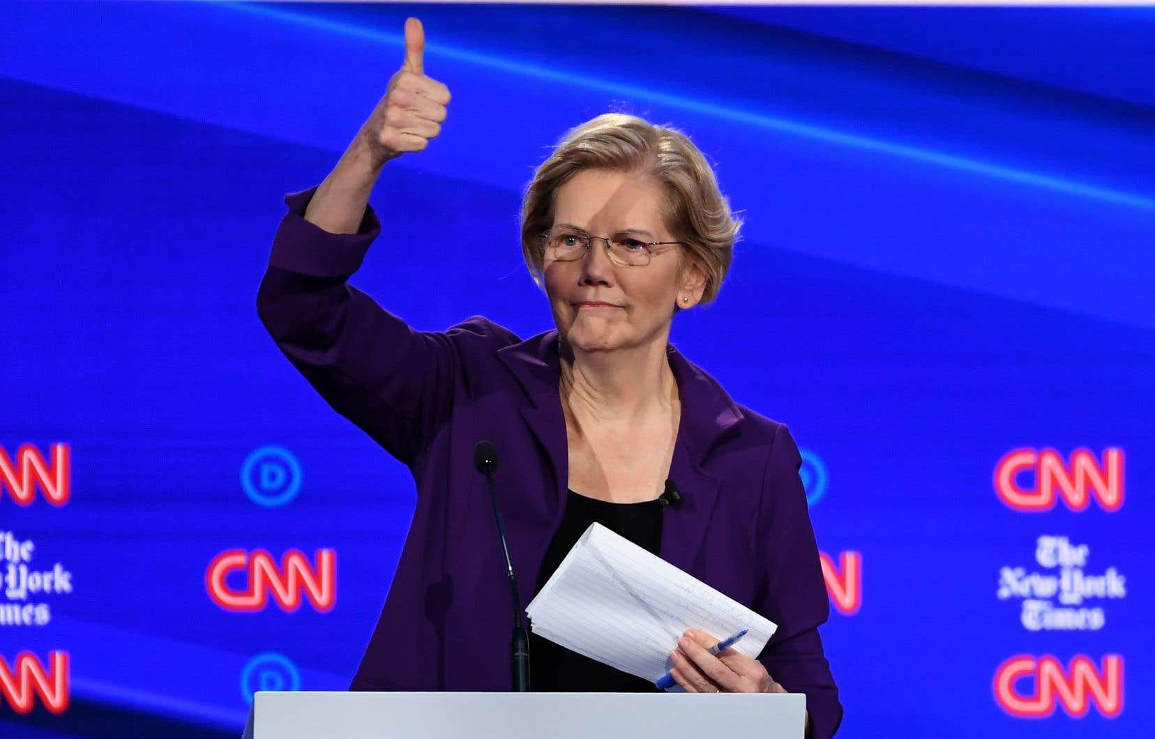 Face à l'avalanche de tacles, signe de son nouveau statut de grande favorite, Elizabeth Warren s'est montrée stoïque, s'en tenant à son programme mais sans faire d'étincelles.