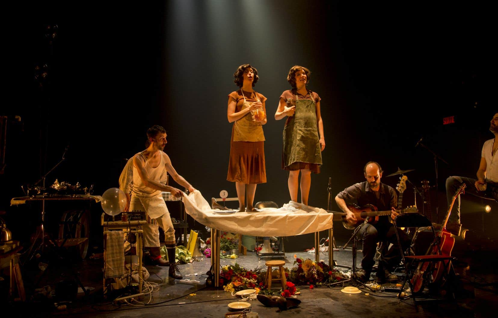 Les chansons sont accompagnées par une entreprise culinaire: préparer un poulet (et ses accompagnements) — d'où le titre du spectacle.