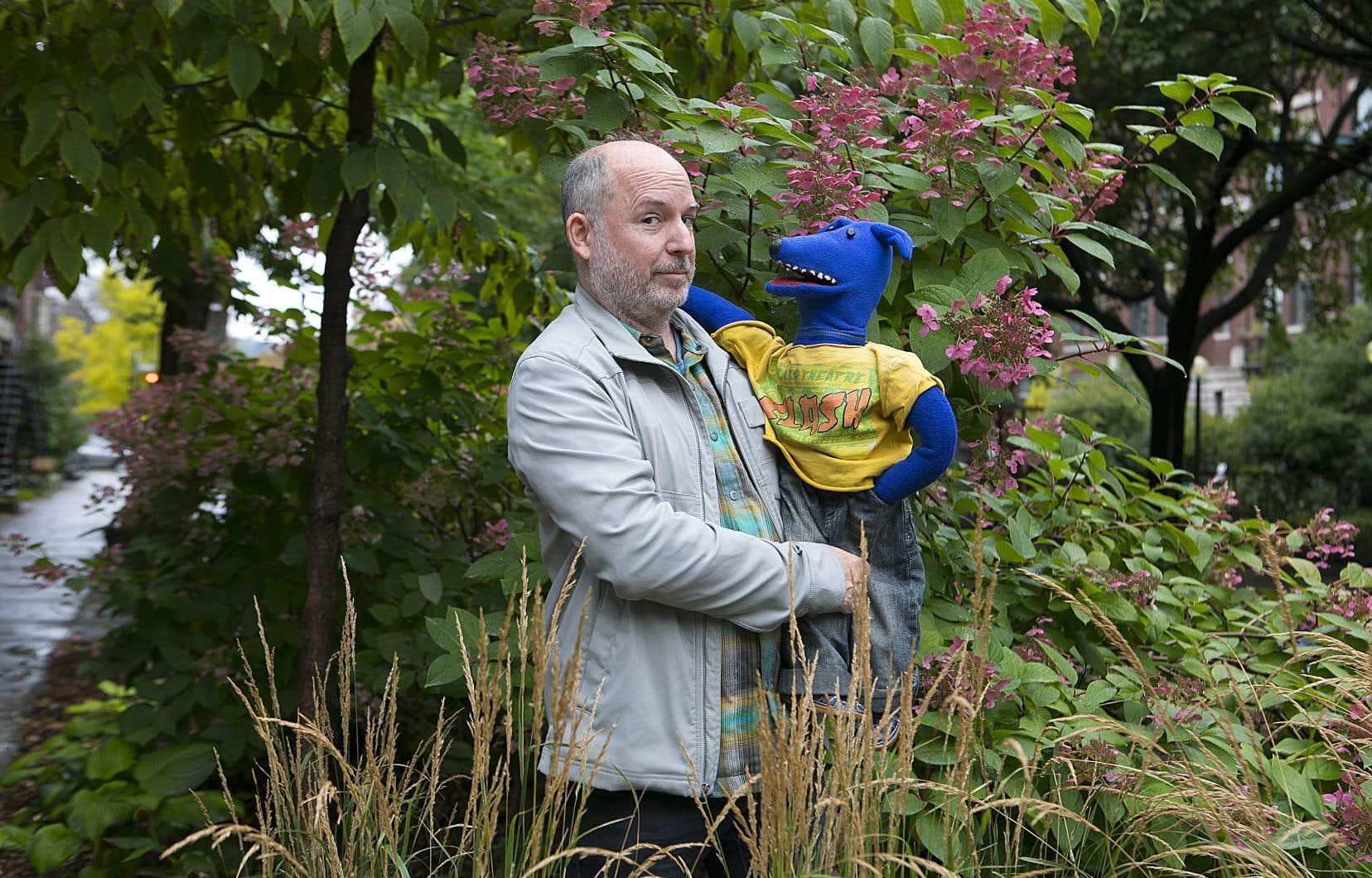 Antoine Laprise est l'homme derrière la marionnette du Loup bleu, qui s'intéresse à des personnages historiques dans ses spectacles.