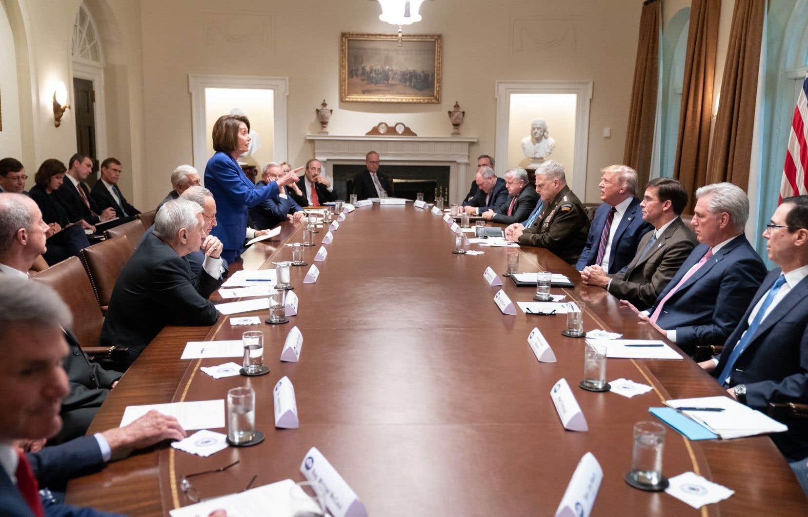 «Elle a totalement craqué à la Maison-Blanche aujourd'hui. C'était très triste à voir. Priez pour elle, c'est une personne très dérangée!», a tweeté M. Trump, après avoir publié une photo montrant son opposante debout, un doigt accusateur pointé vers lui.