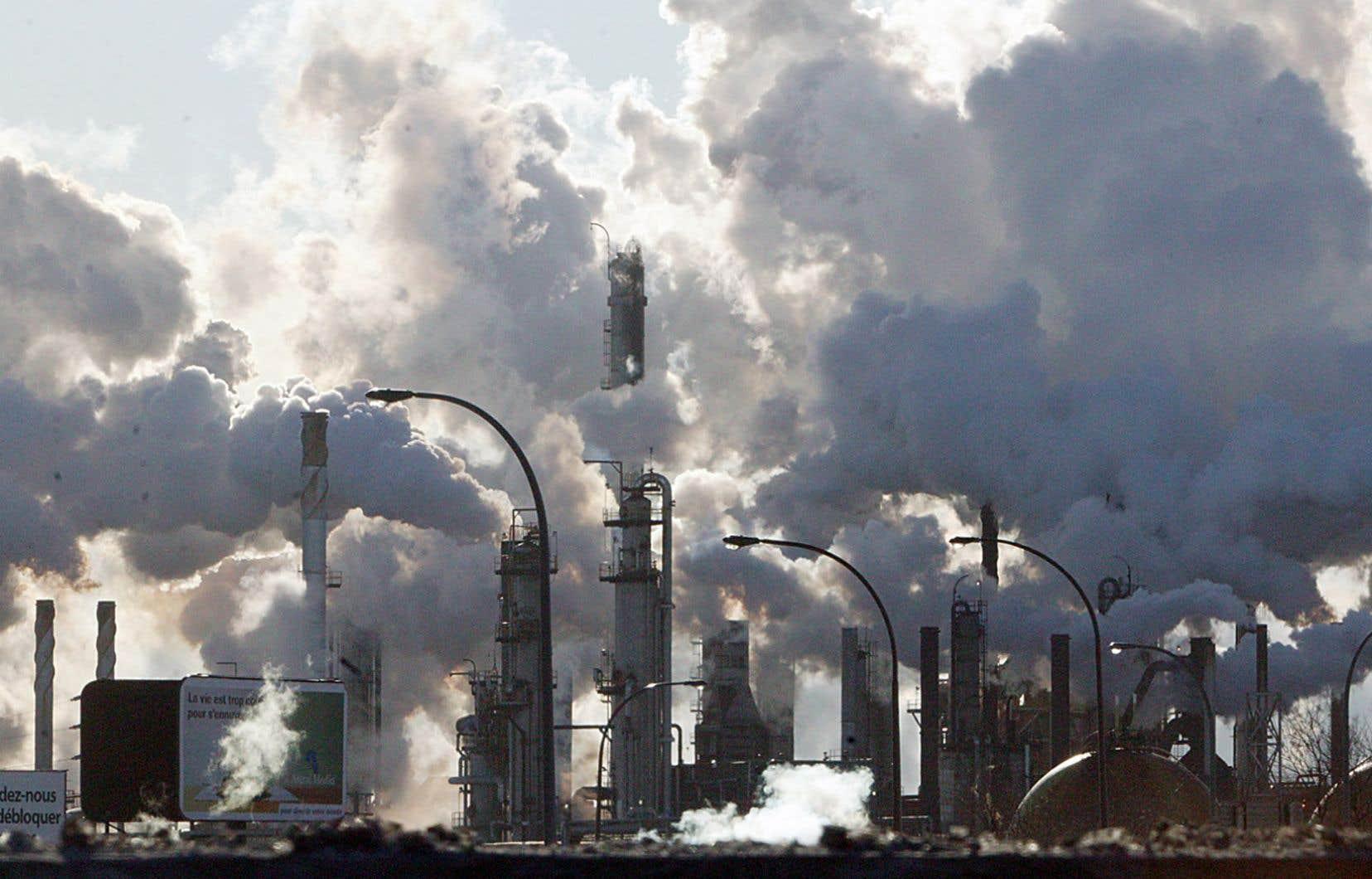 Le directeur parlementaire du budget a calculé que cette tarification doit atteindre au moins 102$la tonne d'ici 2030, afin de contribuer à la réduction des émissions de gaz à effet de serre au pays.