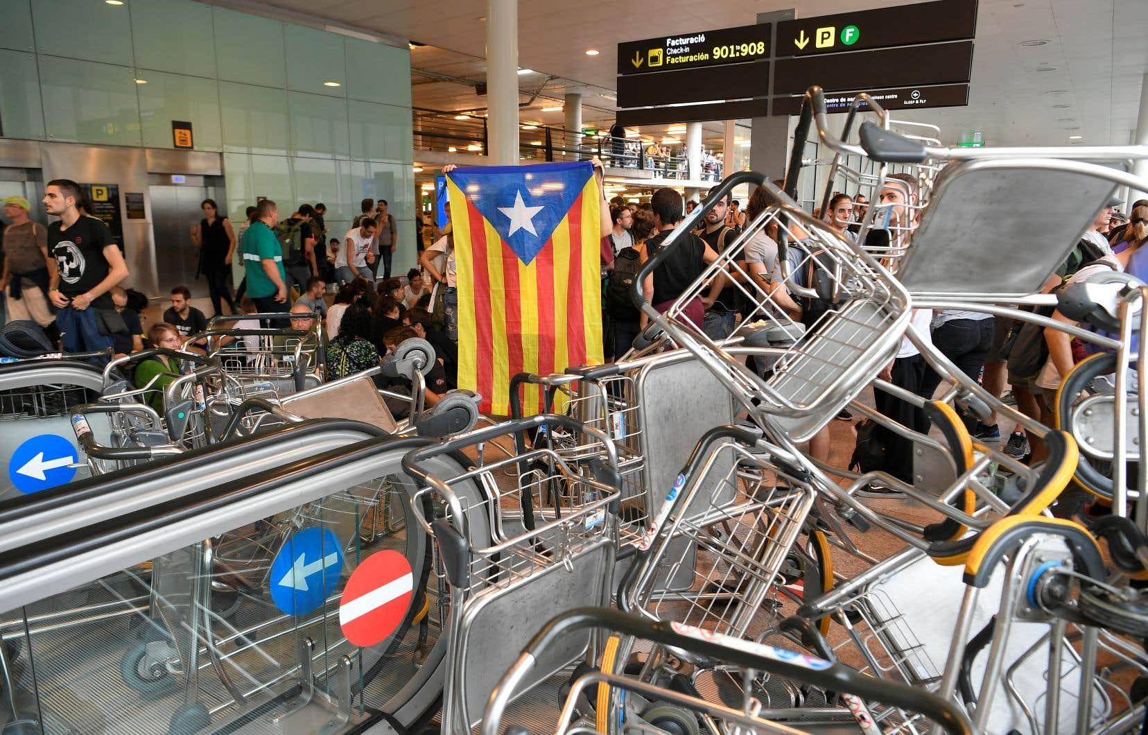 En entreprenant des actions comme le blocage de l'aéroport de Barcelone, les militants indépendantistes catalans s'inspirent ouvertement de techniques vues à Hong Kong.