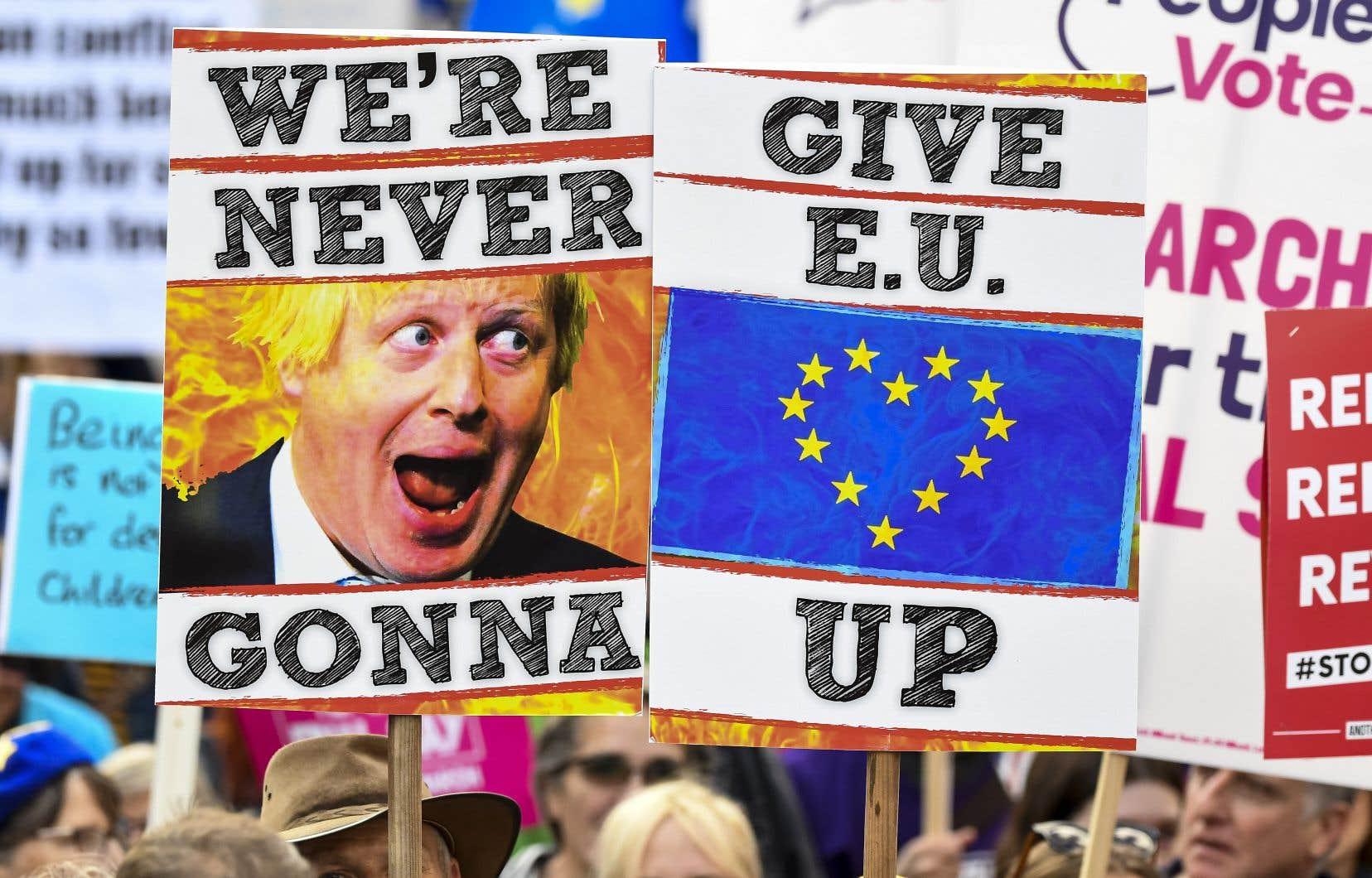 La semaine s'annonce une nouvelle fois très tendue au Parlement, mais aussi dans les rues de Londres, où des centaines de milliers de personnes ont défilé samedi, demandant un référendum sur le Brexit.