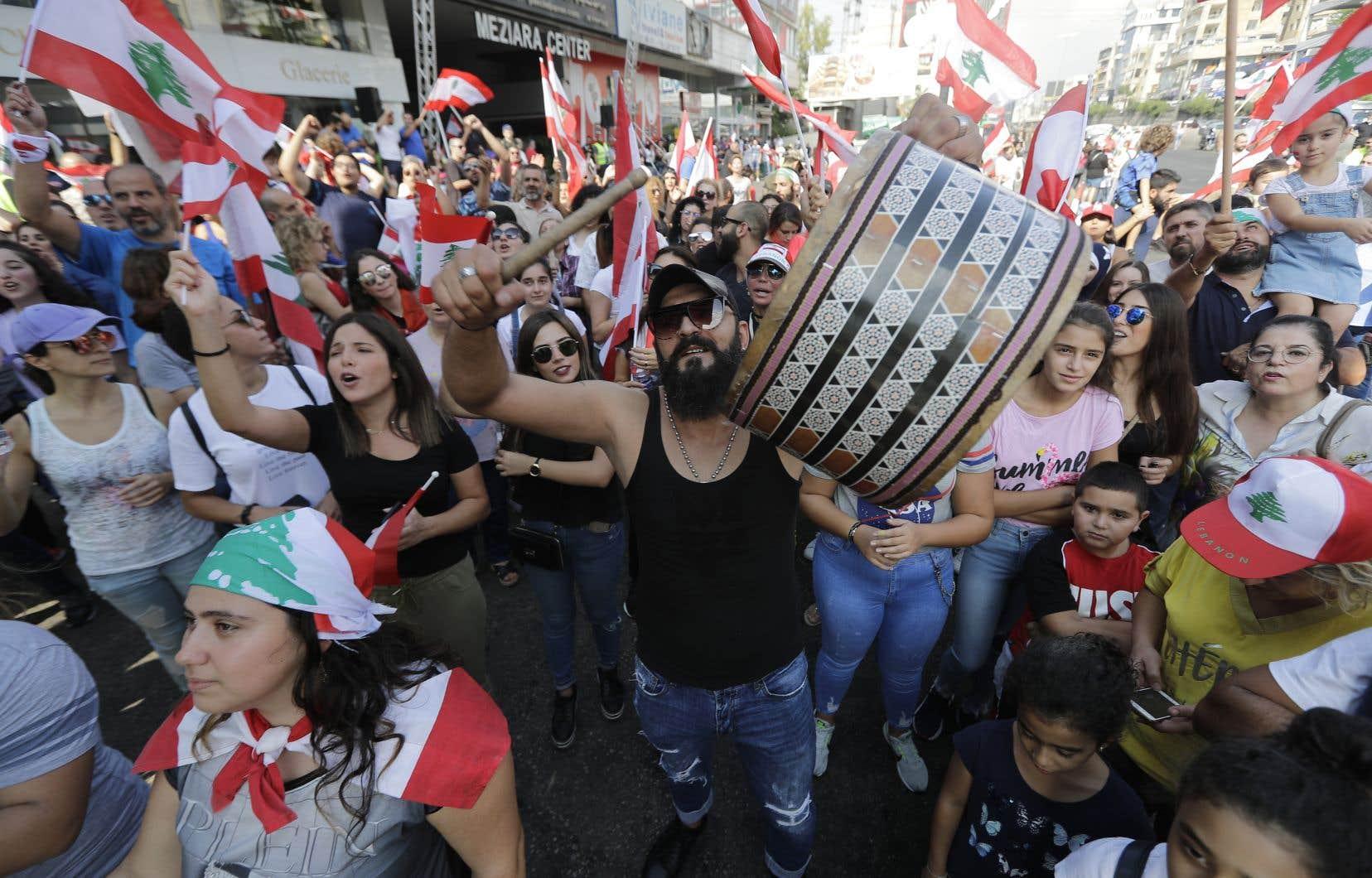 À Beyrouth, on fumait dimanche la chicha et on jouait aux cartes dans la rue. Certains accompagnaient les slogans avec des instruments de musique.