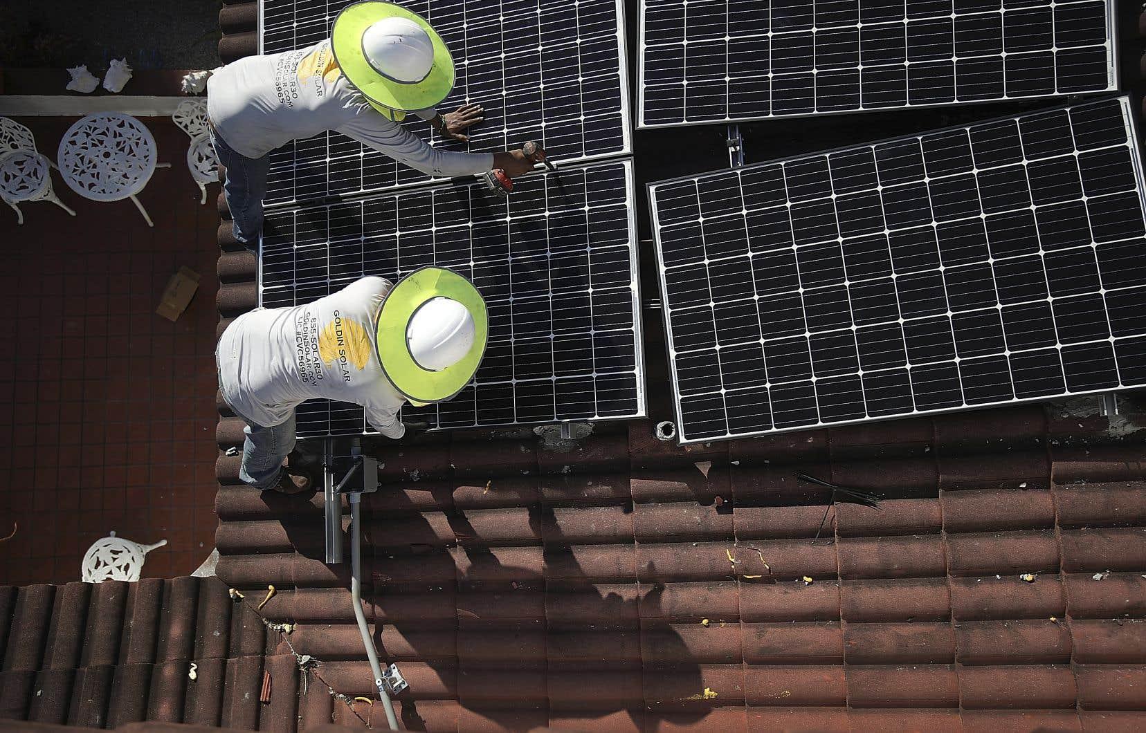 Chez les particuliers, le nombre de toitures équipées de panneaux solaires photovoltaïques devrait doubler, à environ 100 millions d'ici cinq ans — soit 6% du potentiel de surface de toits disponible.