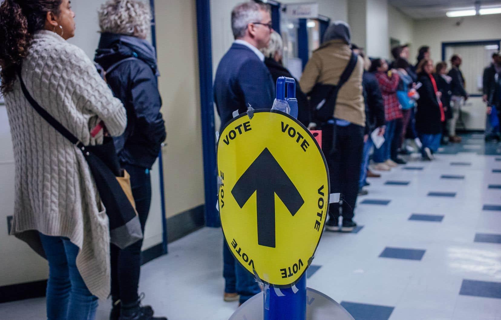 Certains électeurs ont dû faire preuve de patience pour pouvoir exercer leur droit de vote à Montréal.