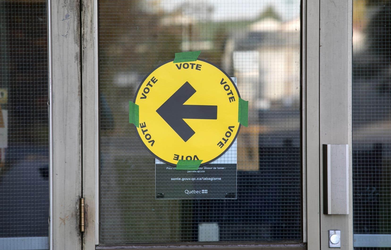 Afin de permettre aux 27,4millions d'électeurs inscrits d'exercer leur droit de vote, 300000 employés électoraux étaient à pied d'oeuvre dans 20000 bureaux.