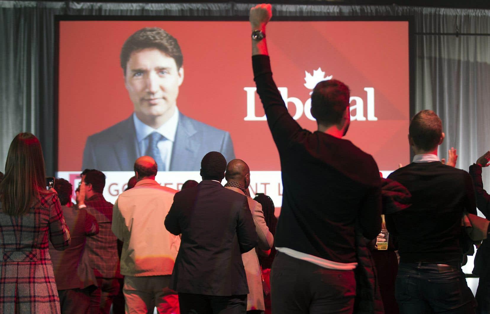 Des partisans libéraux réunis à Montréal se sont réjouis de constater que leur chef Justin Trudeau allait conserver le pouvoir.