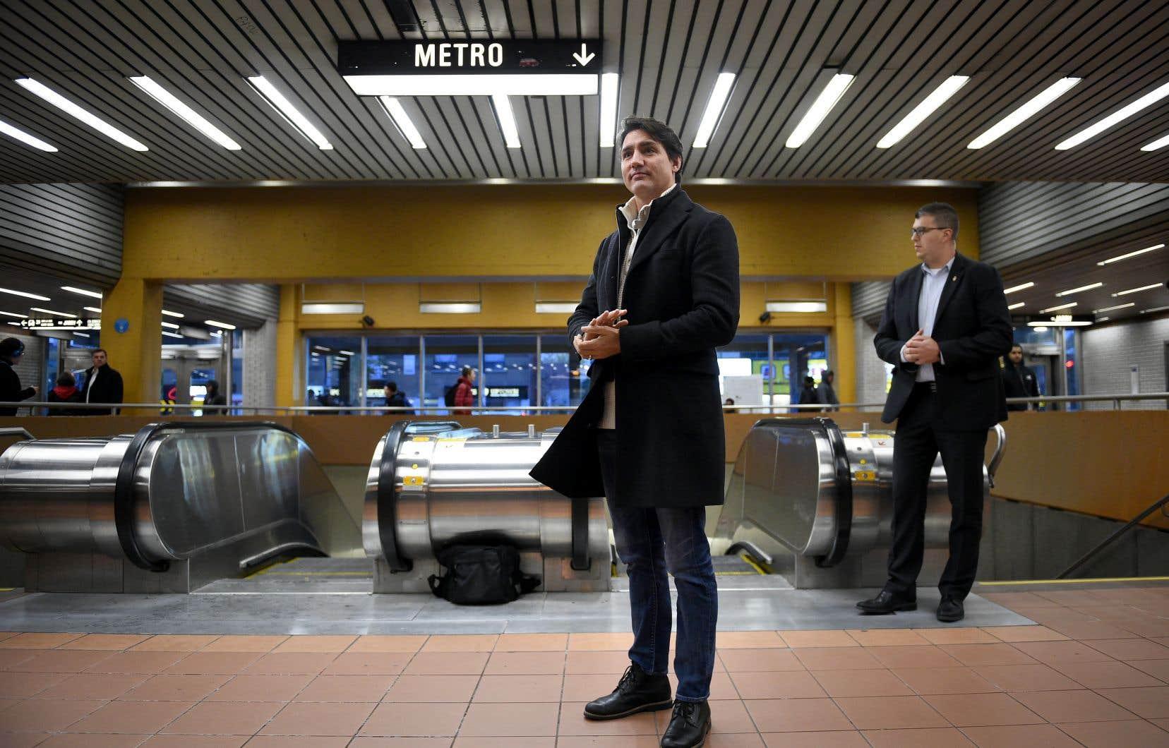 Plusieurs personnes se sont approchées du chef du Parti libéral, qui prenait place seul près d'un escalier roulant.