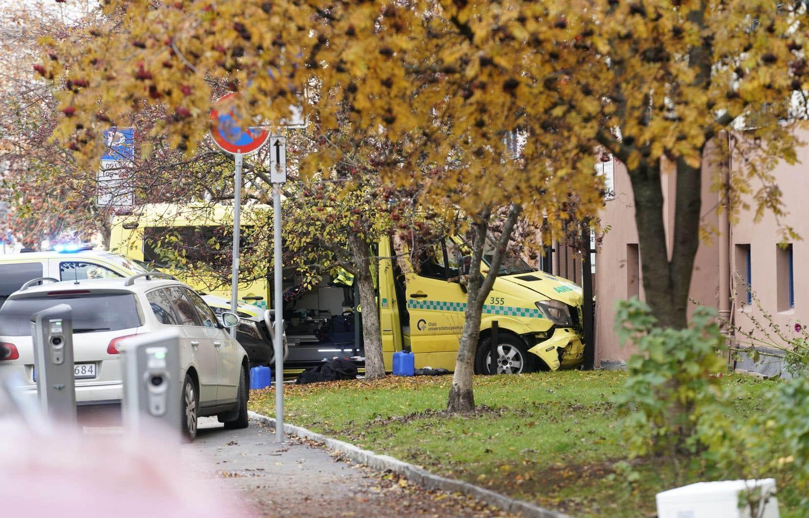 Poursuivi par la police, le véhicule volé a fini sa course dans la grille d'entrée d'un immeuble d'habitation.