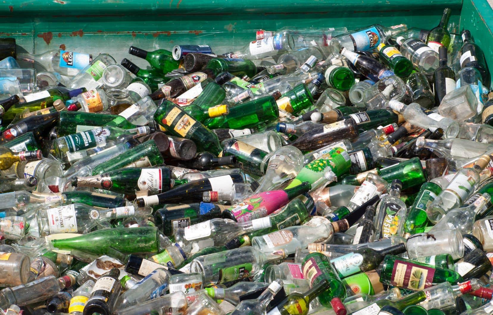 <p>François Legault promet que son gouvernement proposera un plan d'ici «quelques semaines» afin d'éviter que le verre, dont celui des bouteilles vendues à la SAQ, se retrouve dans les sites d'enfouissement.</p>