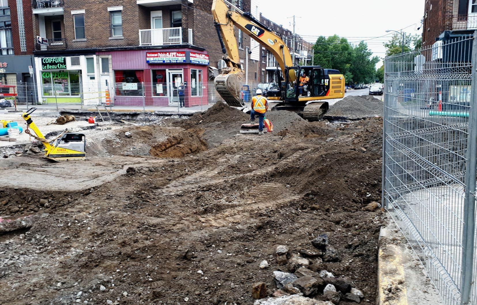 À l'heure actuelle, la Ville remplace tous ses tuyaux en plomb lors de travaux d'infrastructures et de réfection de chaussées. À l'avenir, si elle constate que l'entrée de service du côté privé est aussi en plomb, elle la remplacera en même temps.