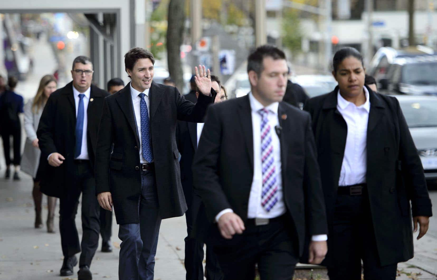 Justin Trudeau, accompagné de ses gardes du corps, s'est rendu à pied à la galerie de la presse.