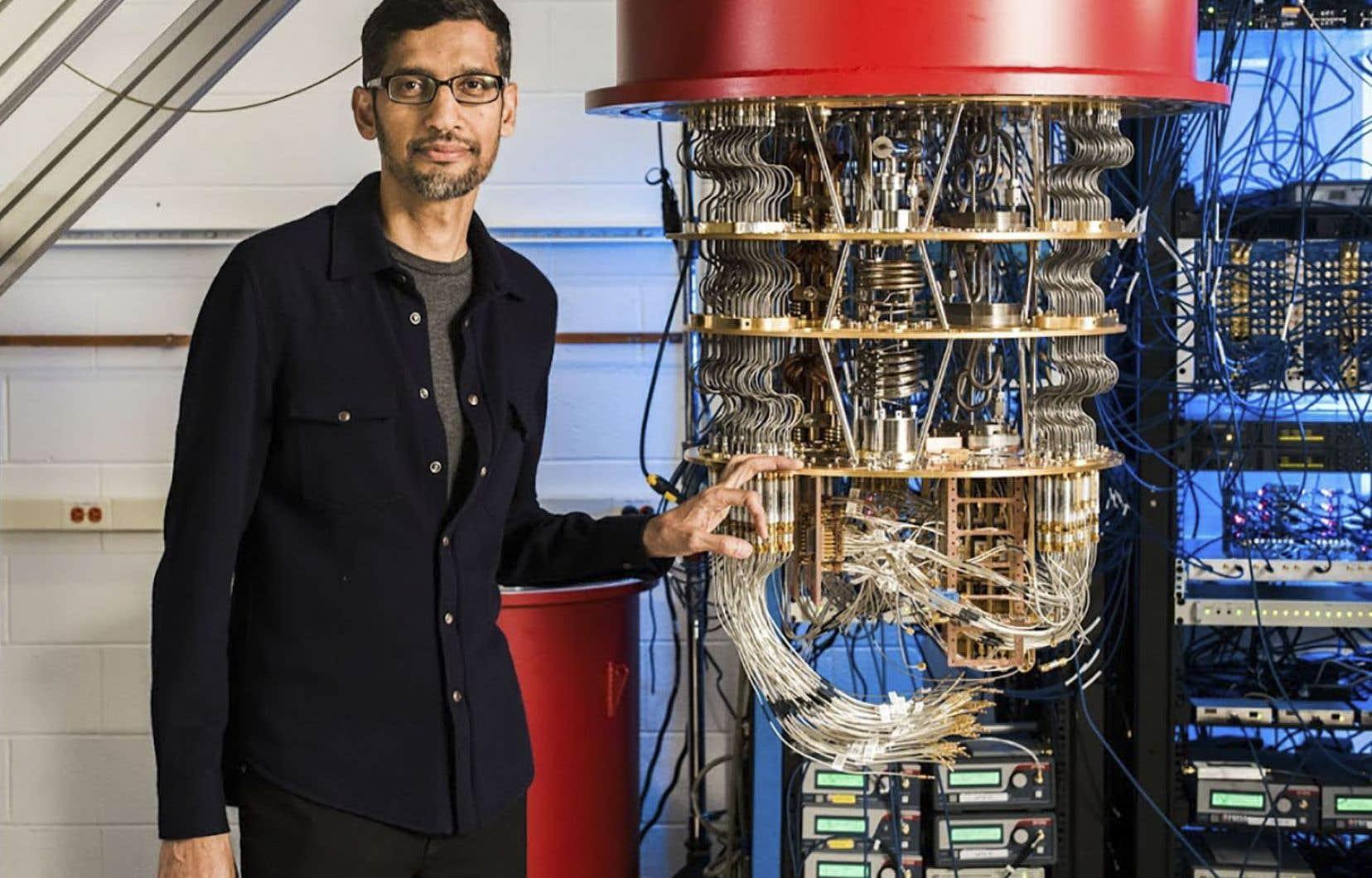 Le pdg de Google, Sundar Pichai, à côté de l'un des ordinateurs quantiques de Google dans le laboratoire de Santa Barbara.