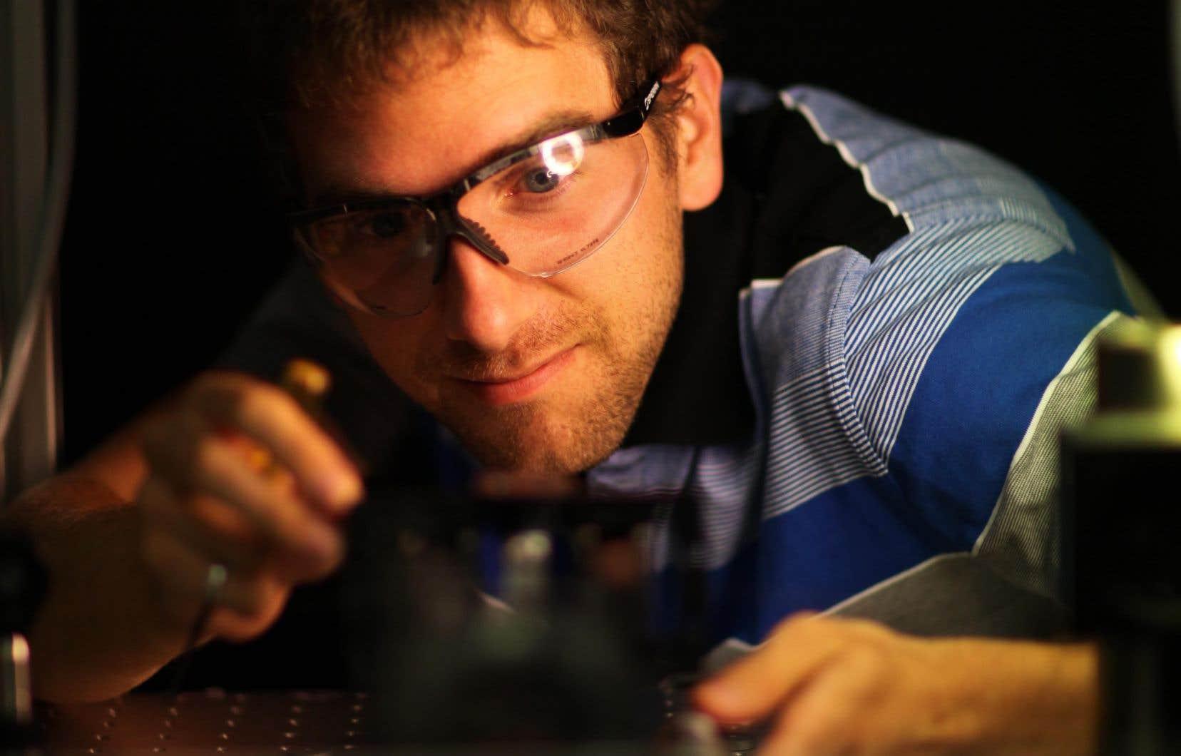 Sébastien Loranger consacre son doctorat aux réseaux de Bragg, qui sont utilisés depuis longtemps comme sélecteurs de canaux en télécommunications.