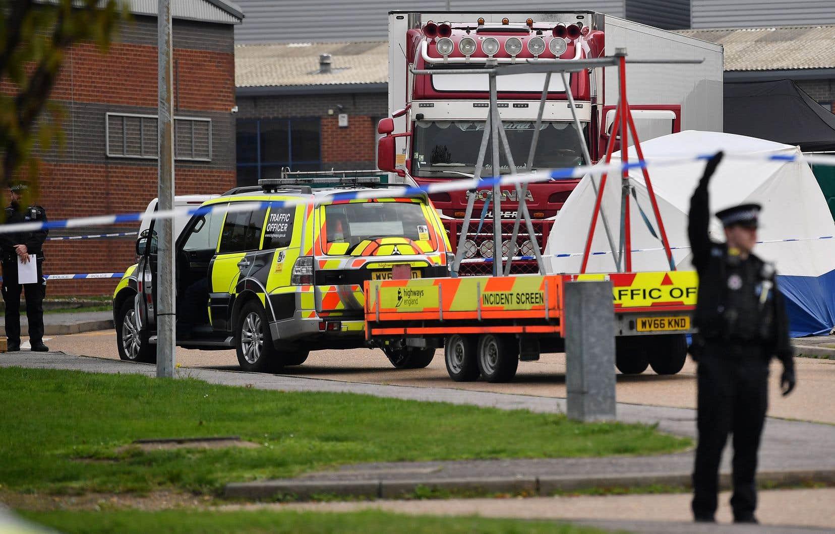 La remorque frigorifique contenant 39 corps a été découverte dans un parc industriel de Grays dans le comté de l'Essex, accrochée à un camion.