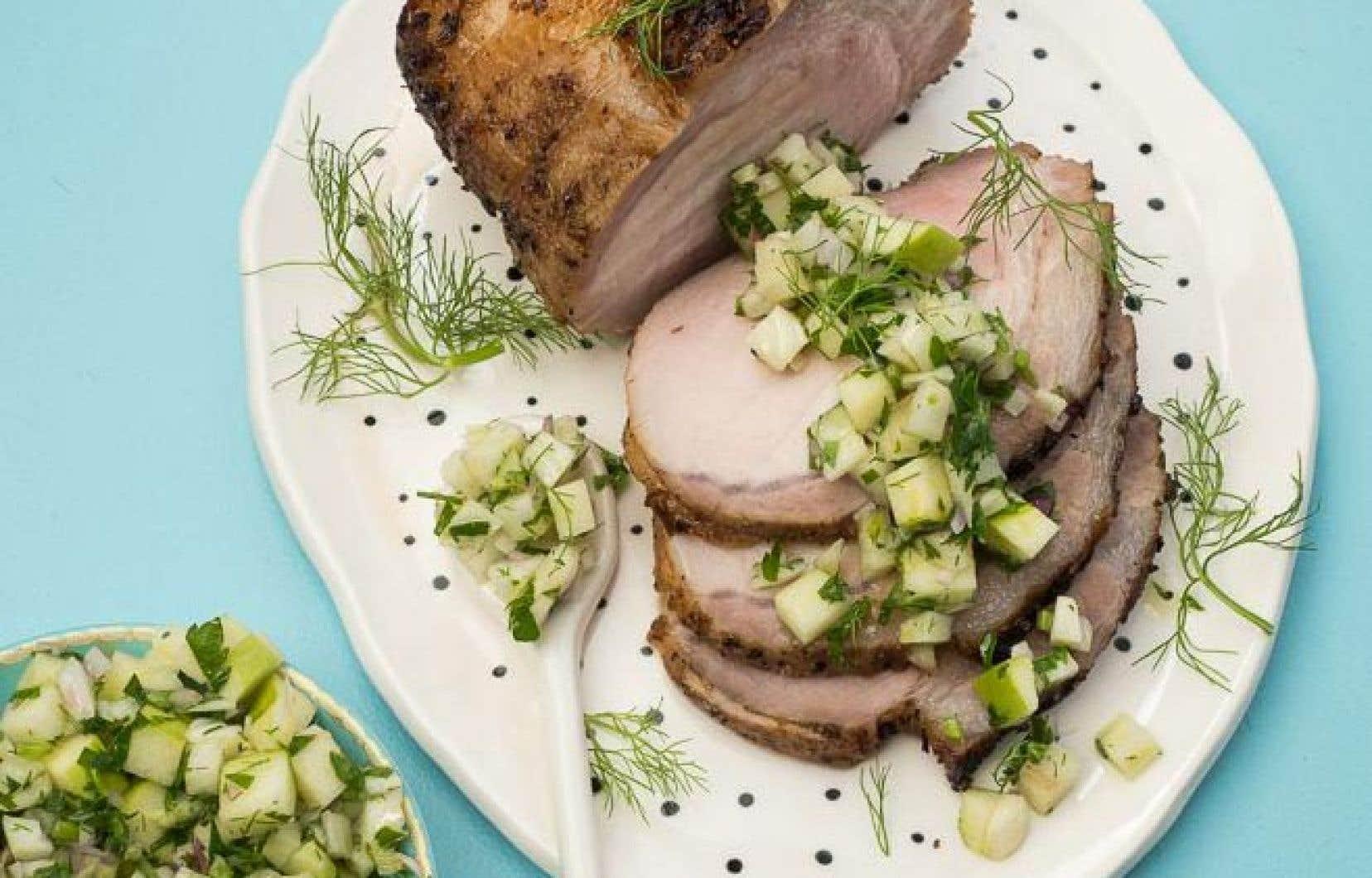 Trancher le porc et servir avec la salsa.