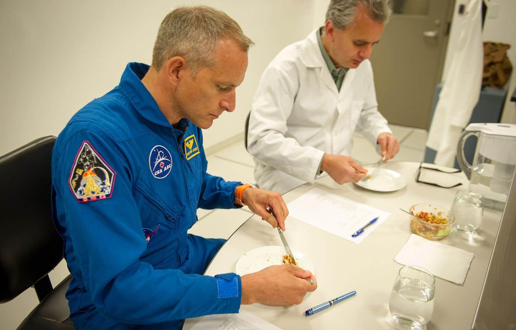 L'astronaute David Saint-Jacques goûte à de la nourriture dans la cuisine de l'Agence spatiale canadienne.